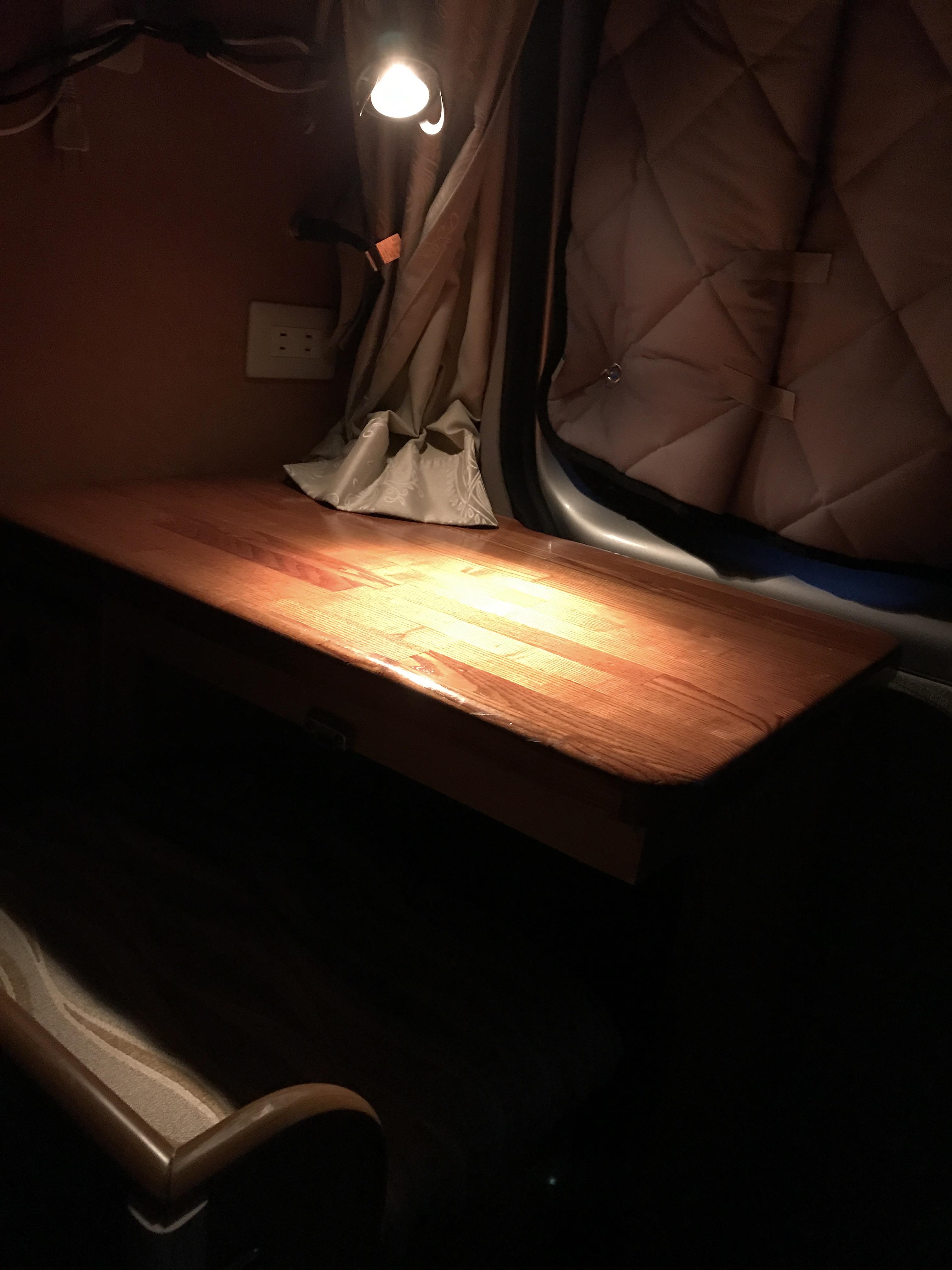 (6)内観(常設の机での夜のイメージ)