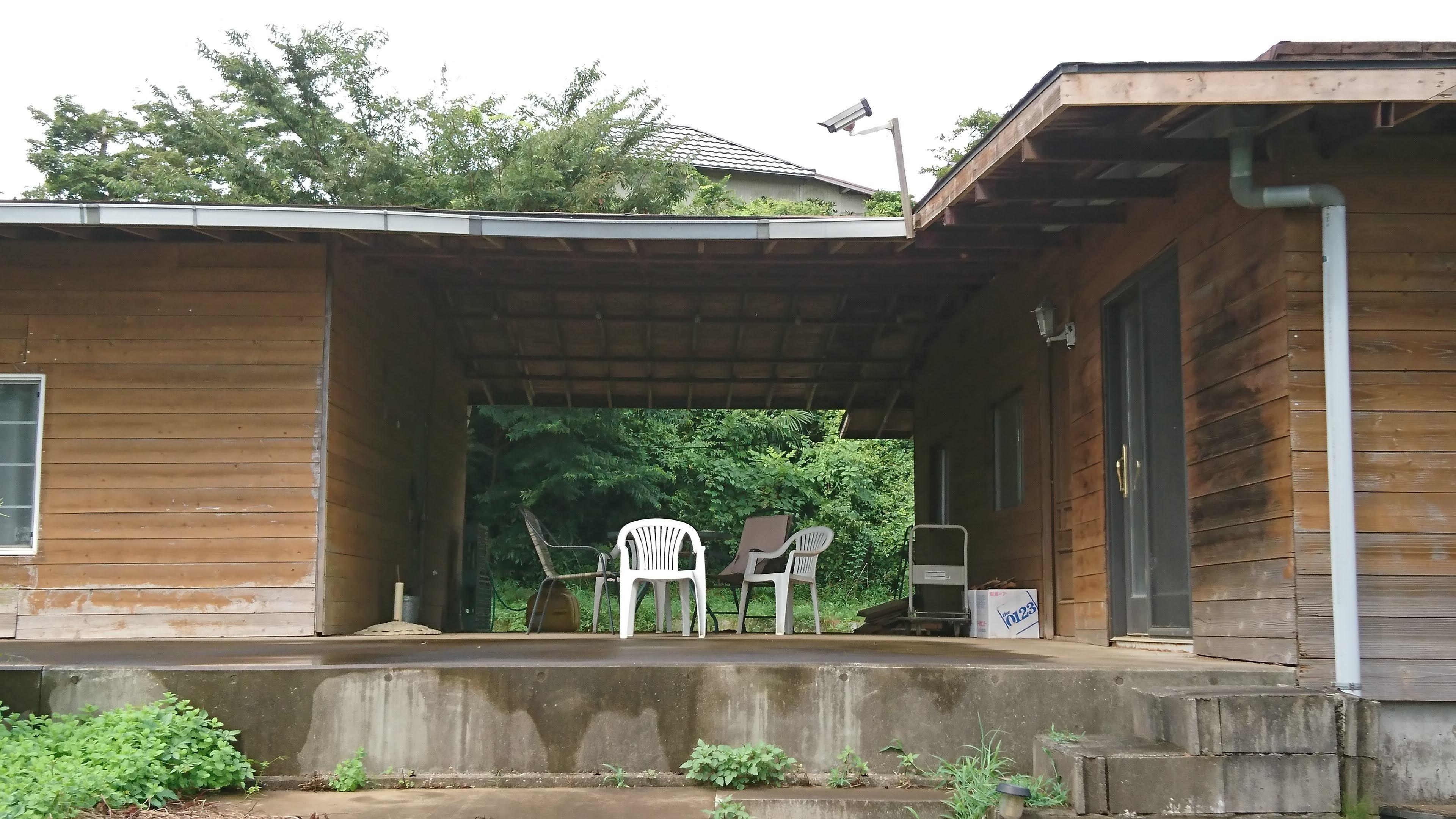 建物に面したテラスは5.2m x 17m。雨のしのげる軒下は5m x 9mの広さです。