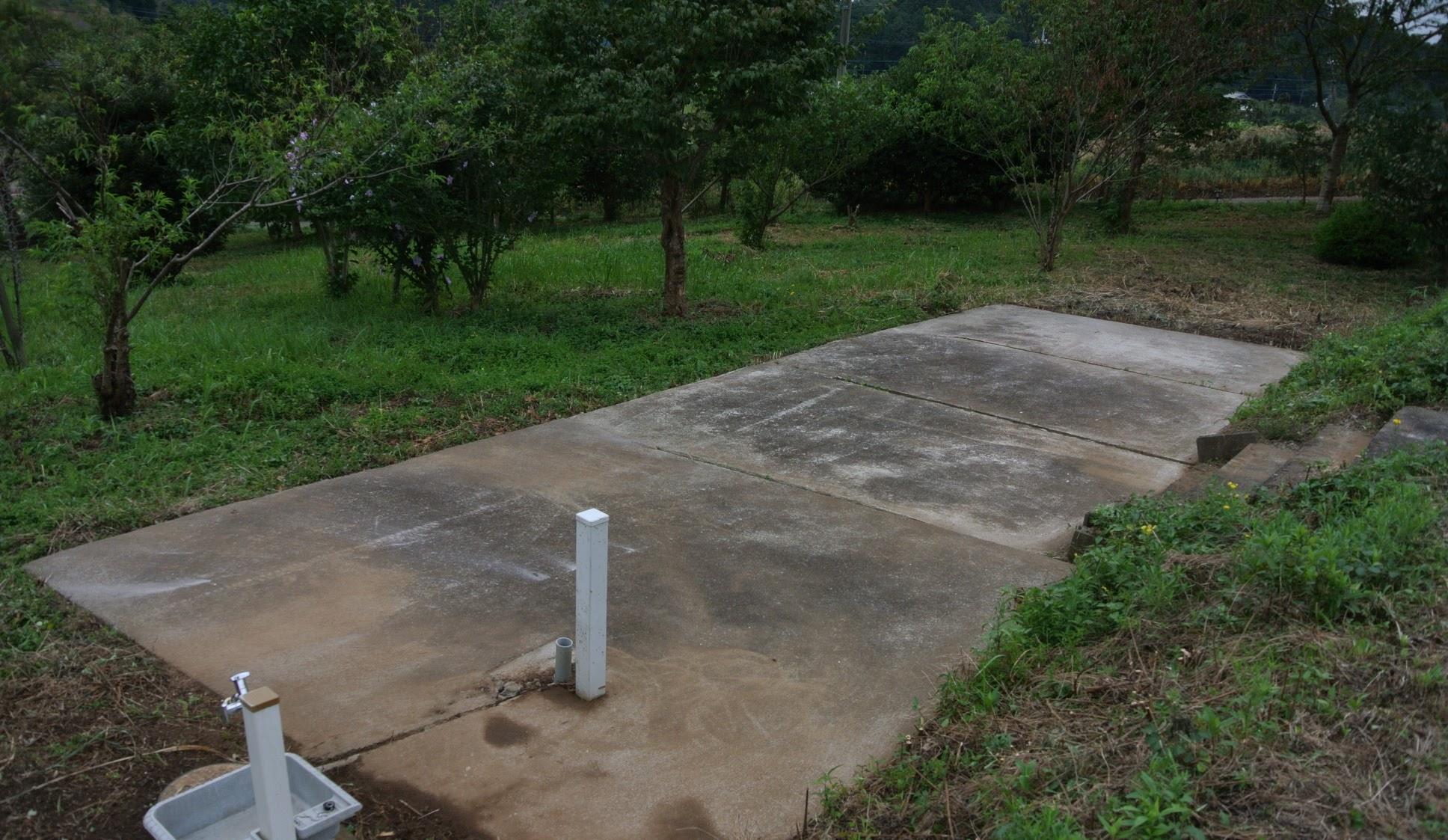庭の中のコンクリート舗装のテラスは4m x 10mほど。水道もあり流し等もご用意できます。