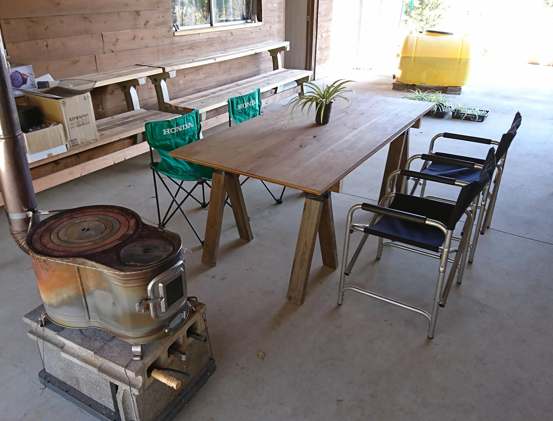 軒下テラスのテーブルは900x1800。その他のサイズもご用意できます。