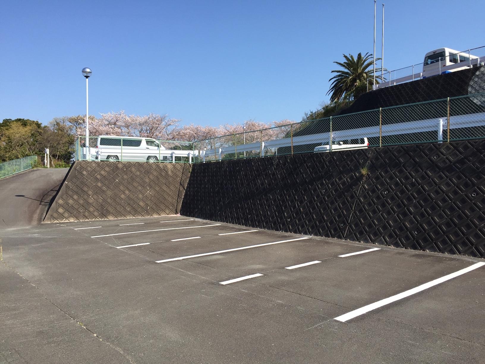 駐車可能なスペース(点線をまたぐ実線2本の間)