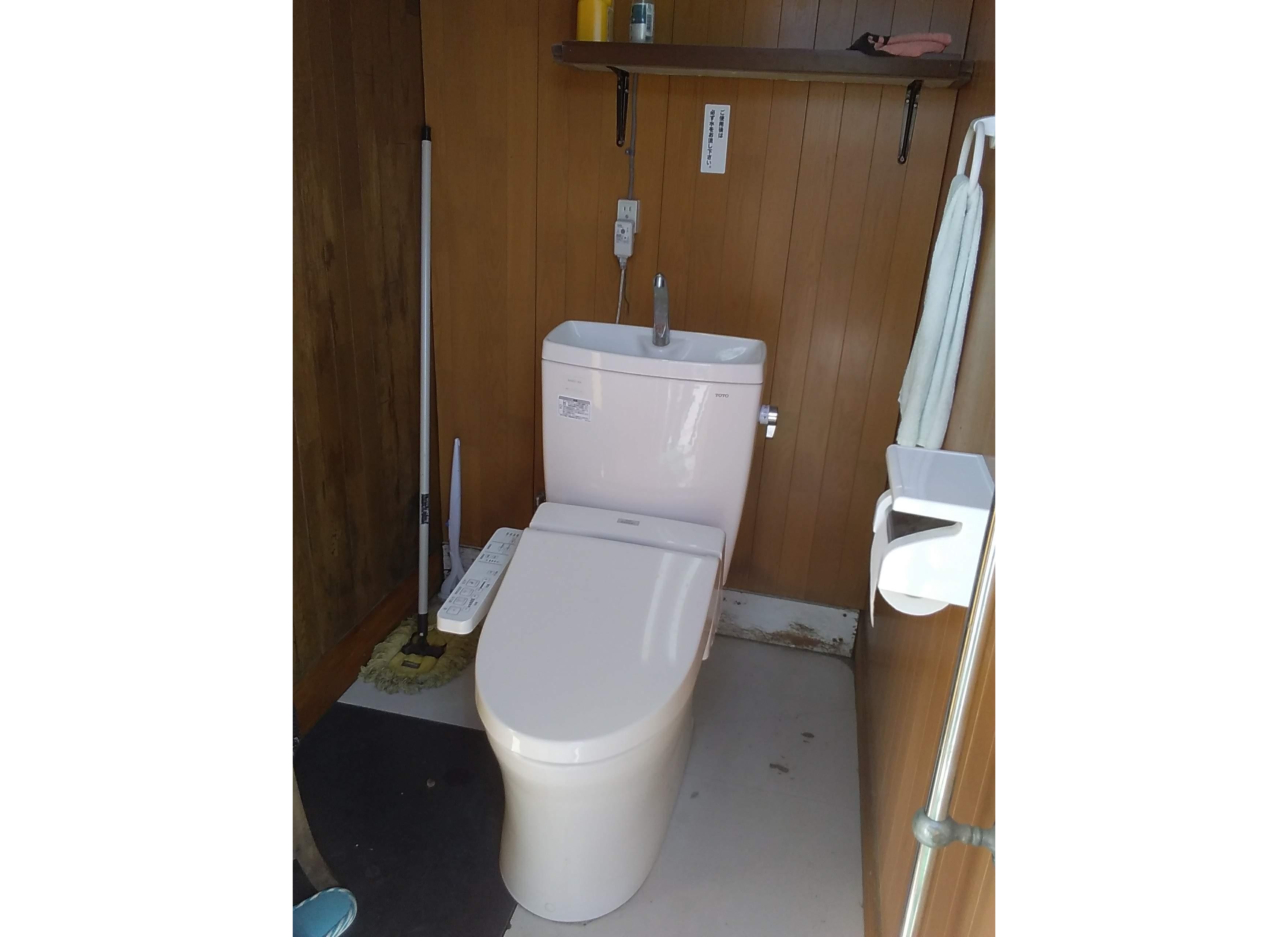 洗浄便座付きです。動物の侵入を防ぐため、利用後は必ず扉を閉め、ひもをかけてください。
