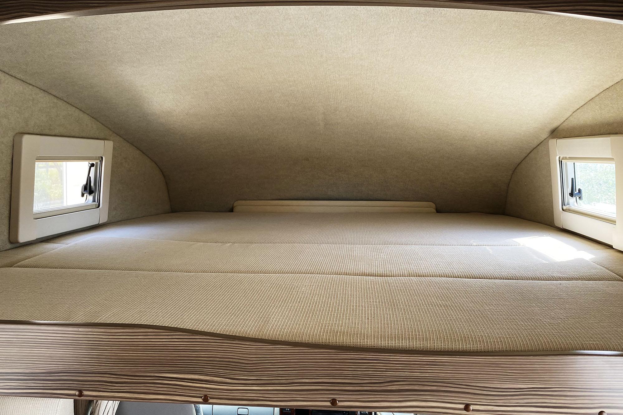 (3)内観(車中泊できるスペース・運転席上のバンクベッド展開時)