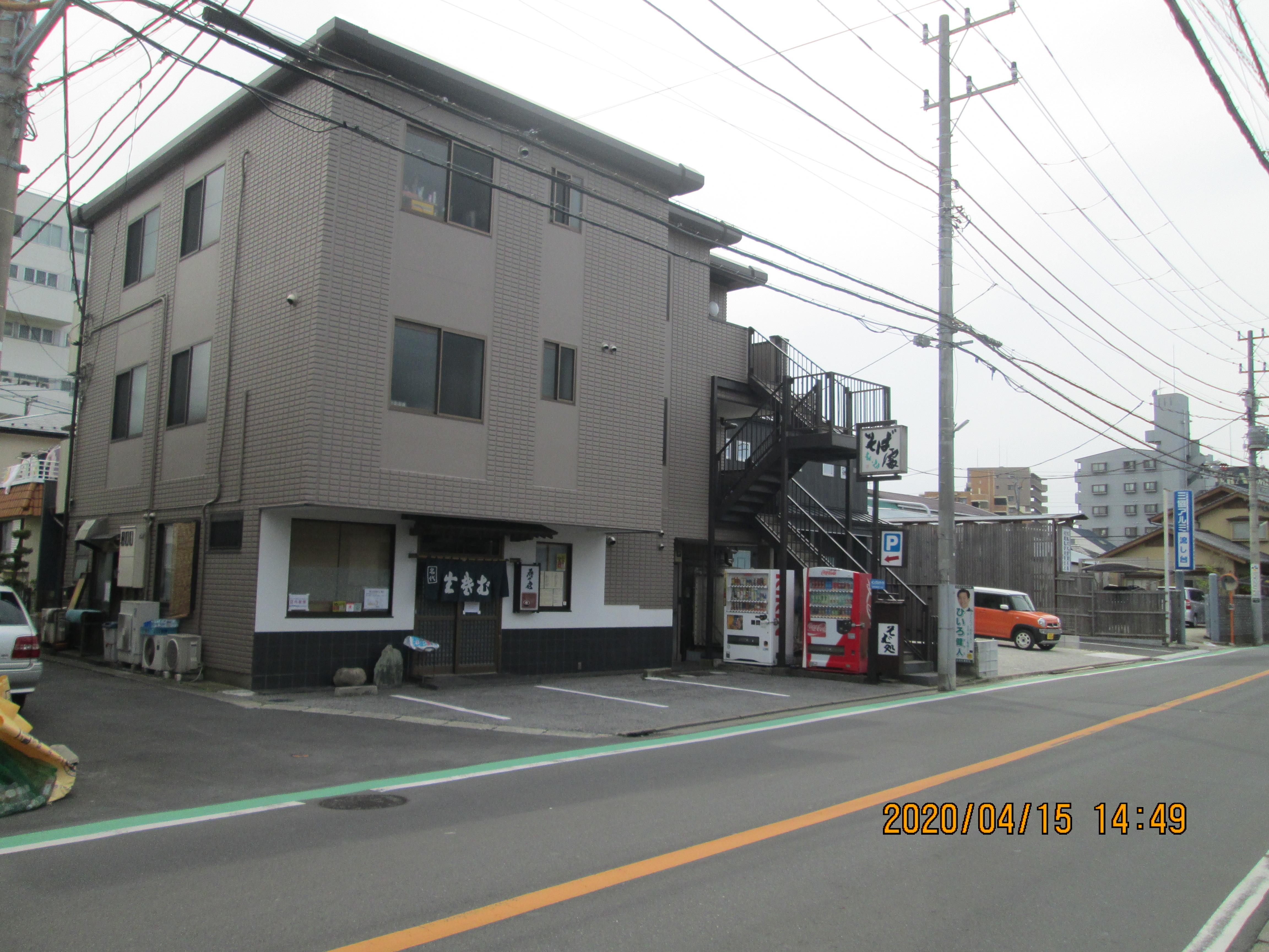 左手がそば店。右手オレンジ色の車と青い看板の間がそば店の第2駐車場がステーションです