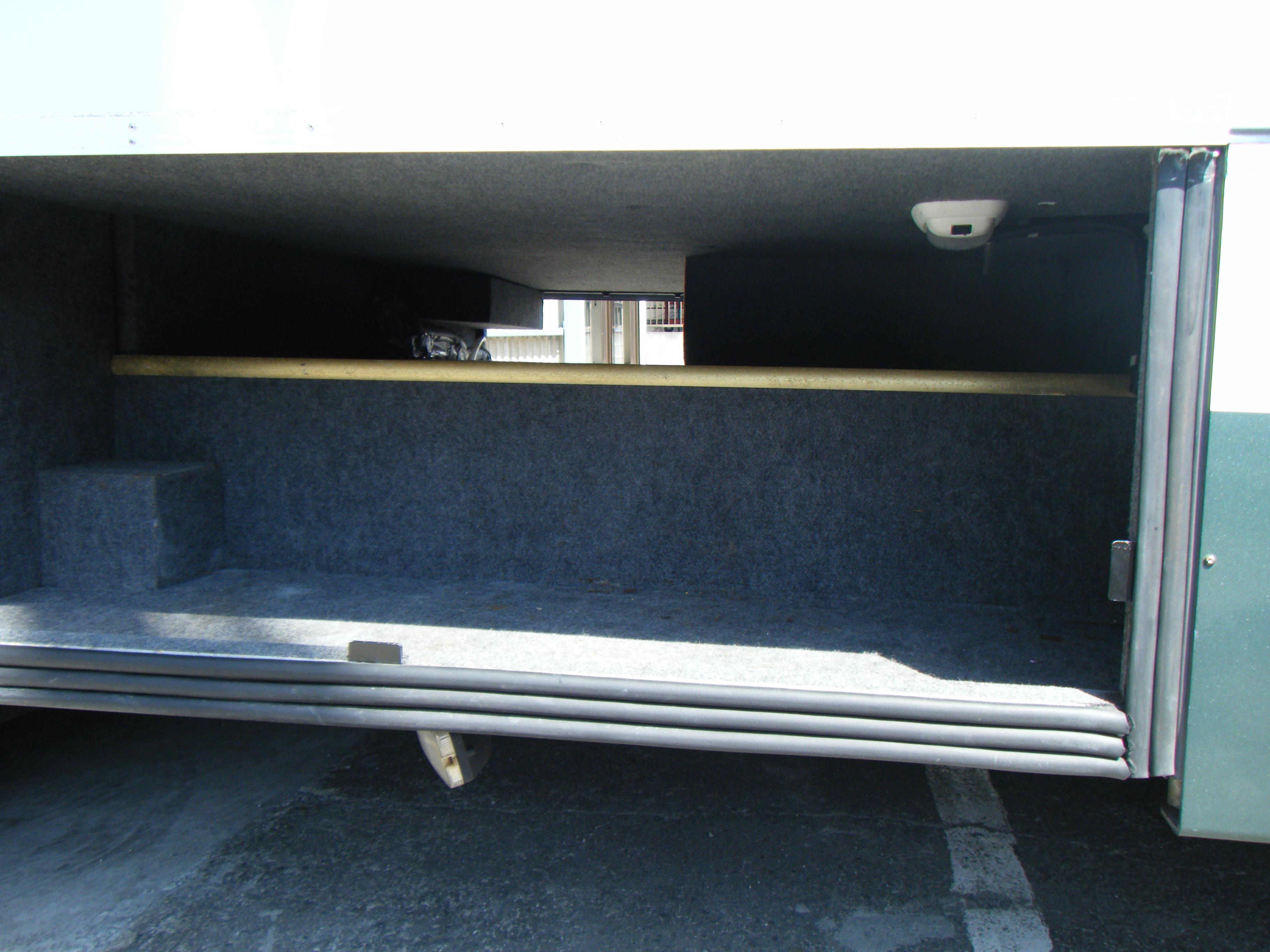 荷物室です。逆サイドまで繋がっているのでかなりのものが収納可能