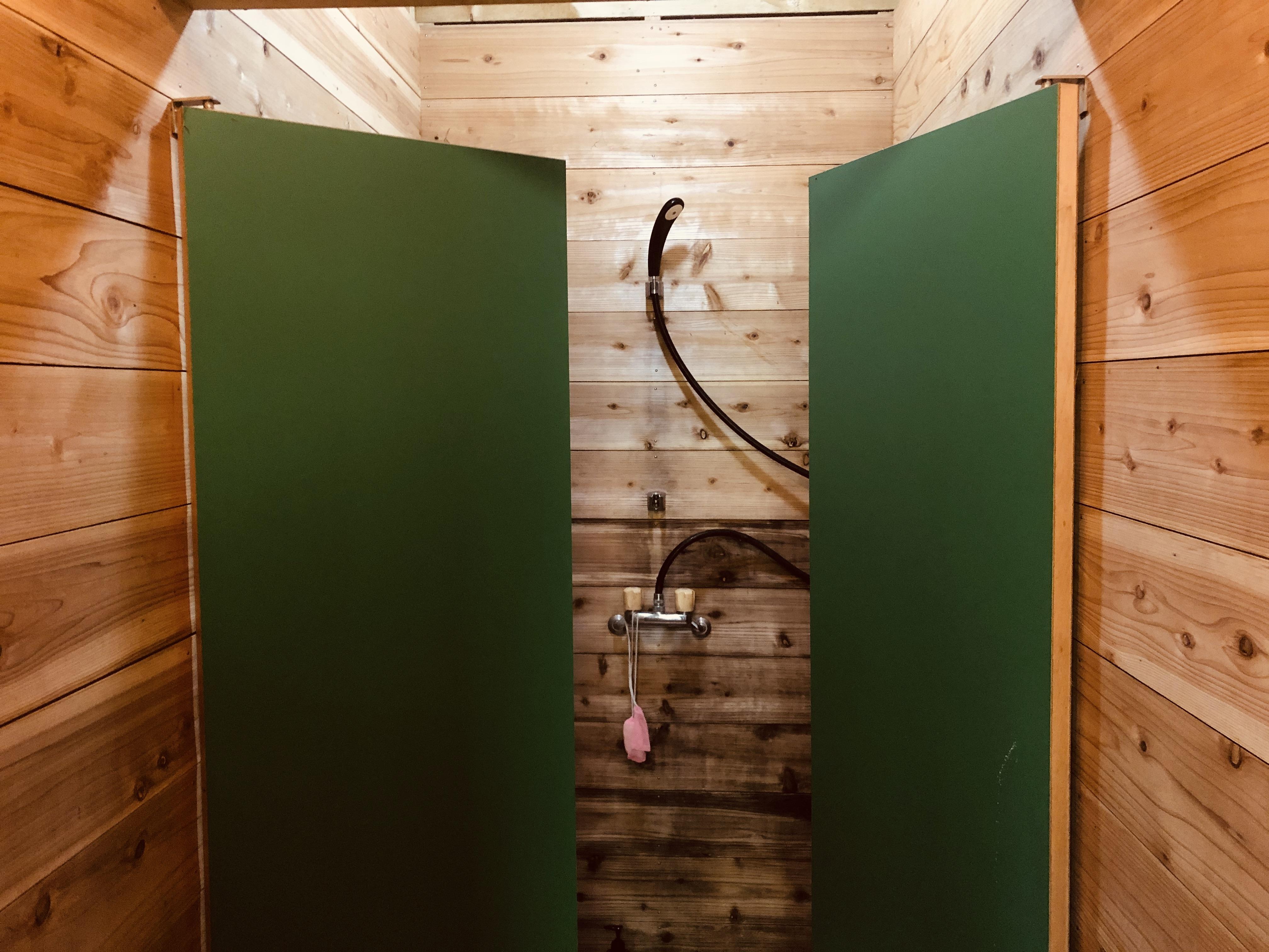 シャワールーム内部