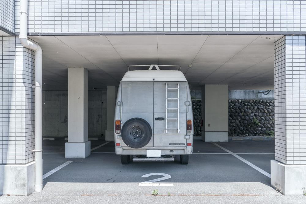 駐車スペース(幅3m x 長さ8.5m x 高さ2.6m)