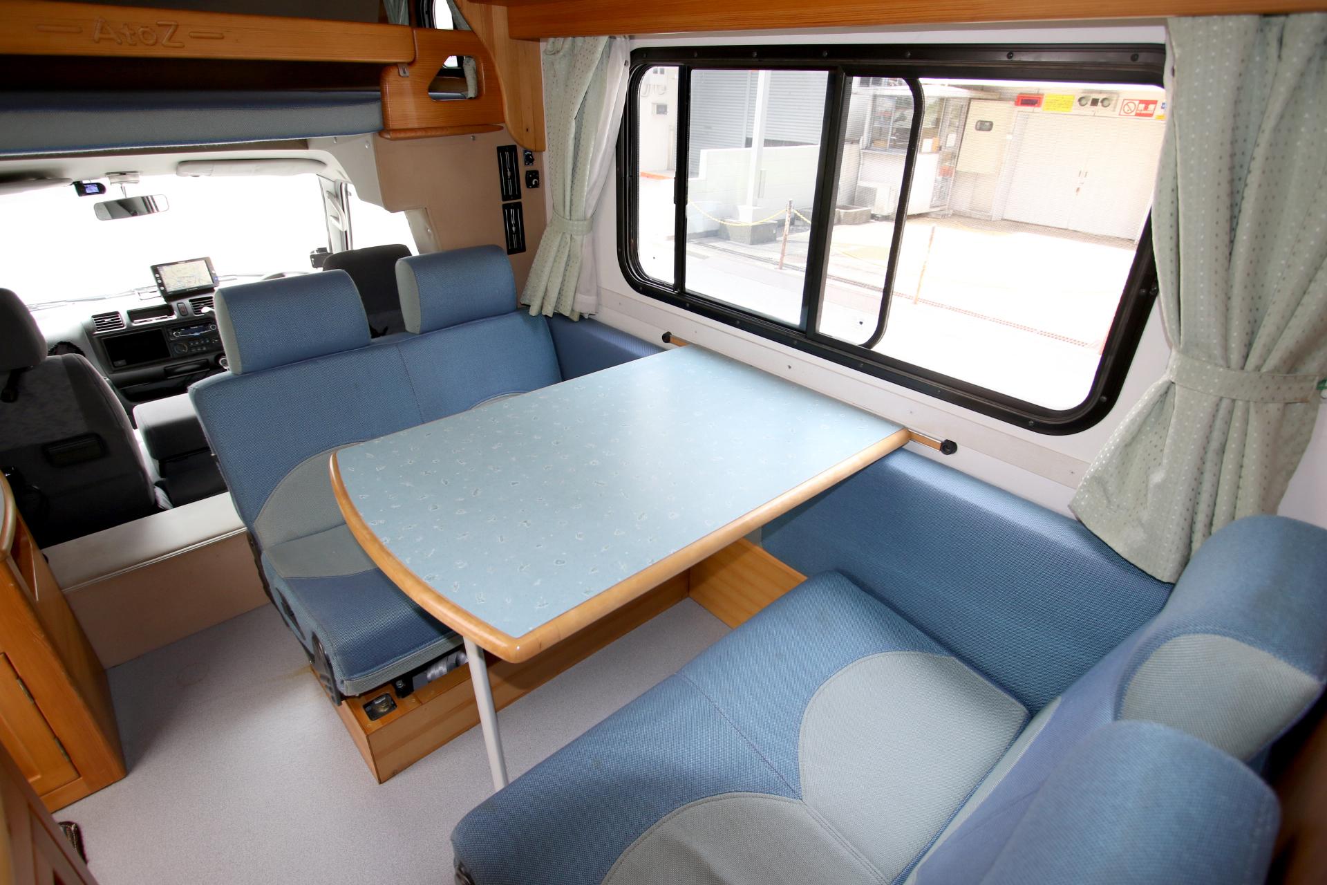 内観( 4人がけ後部座席とテーブル。テーブルを外し、シートを展開するとベッドになります )