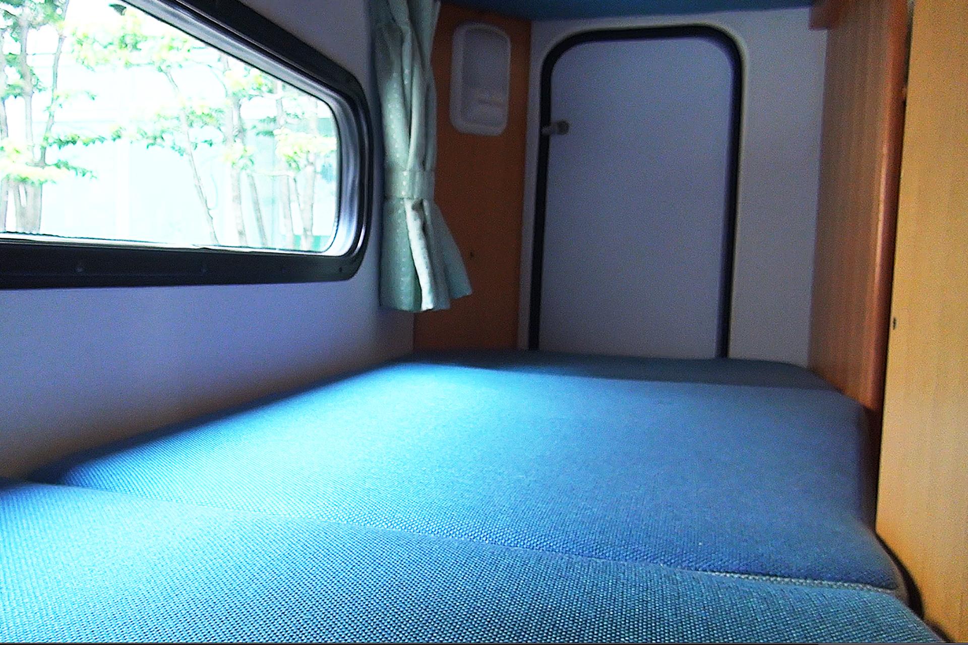 内観( リア2段ベッド/下段  この下は収納スペースです )