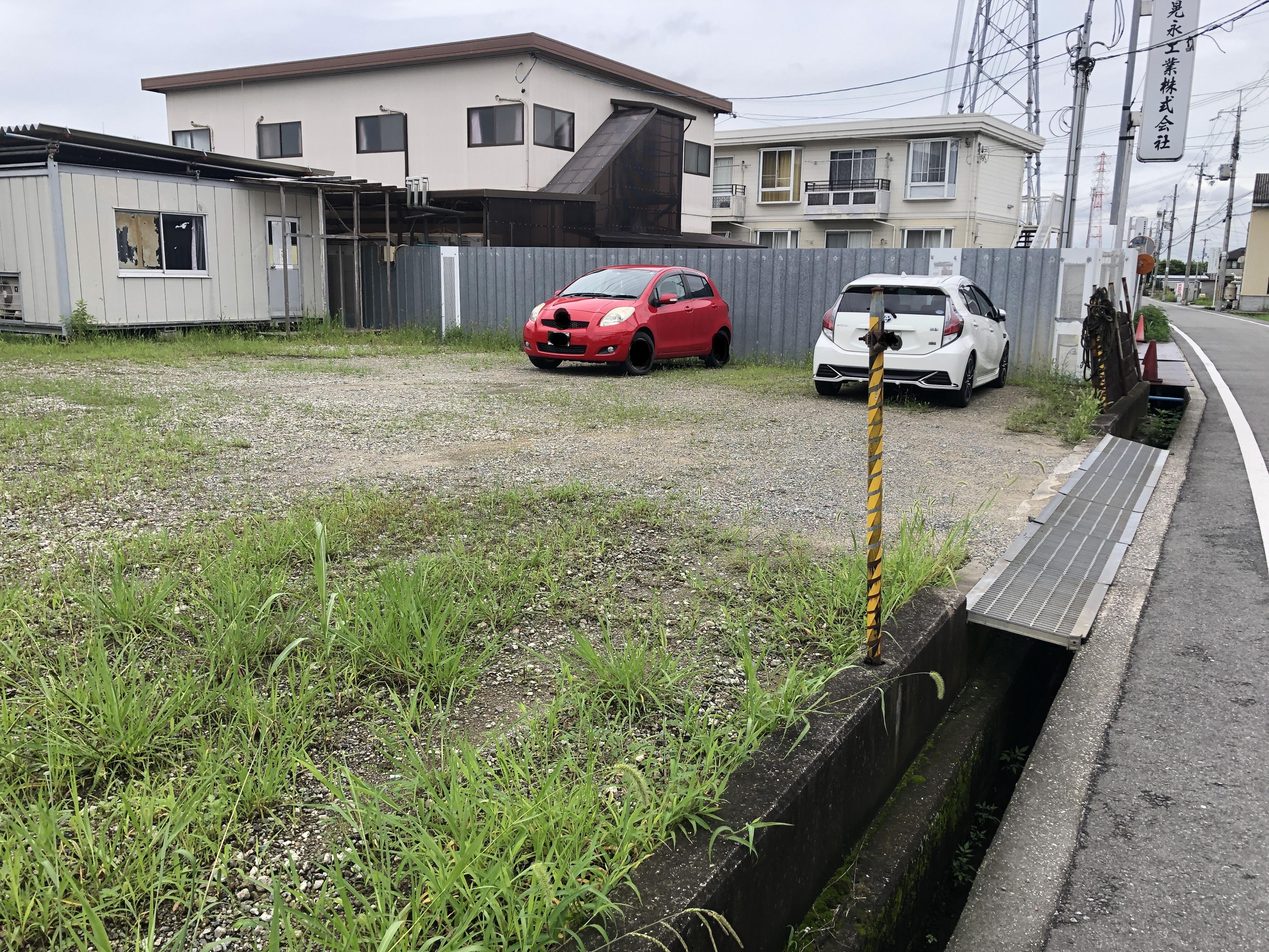 駐車可能なスペース 壁側に車のような配置になります。