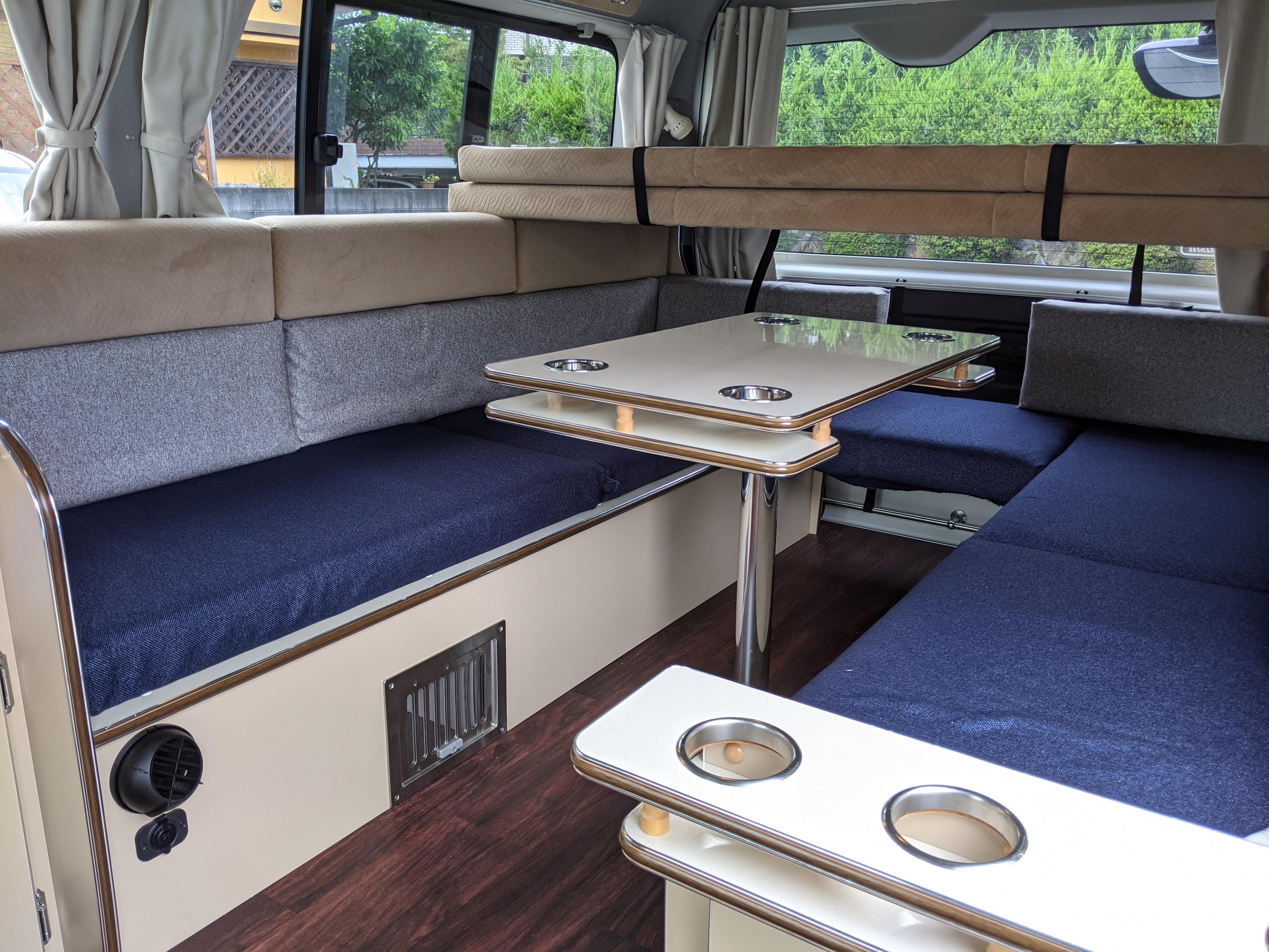 (2)内観(横向きベンチシート・取り外し可能なテーブル・二段ベッド)