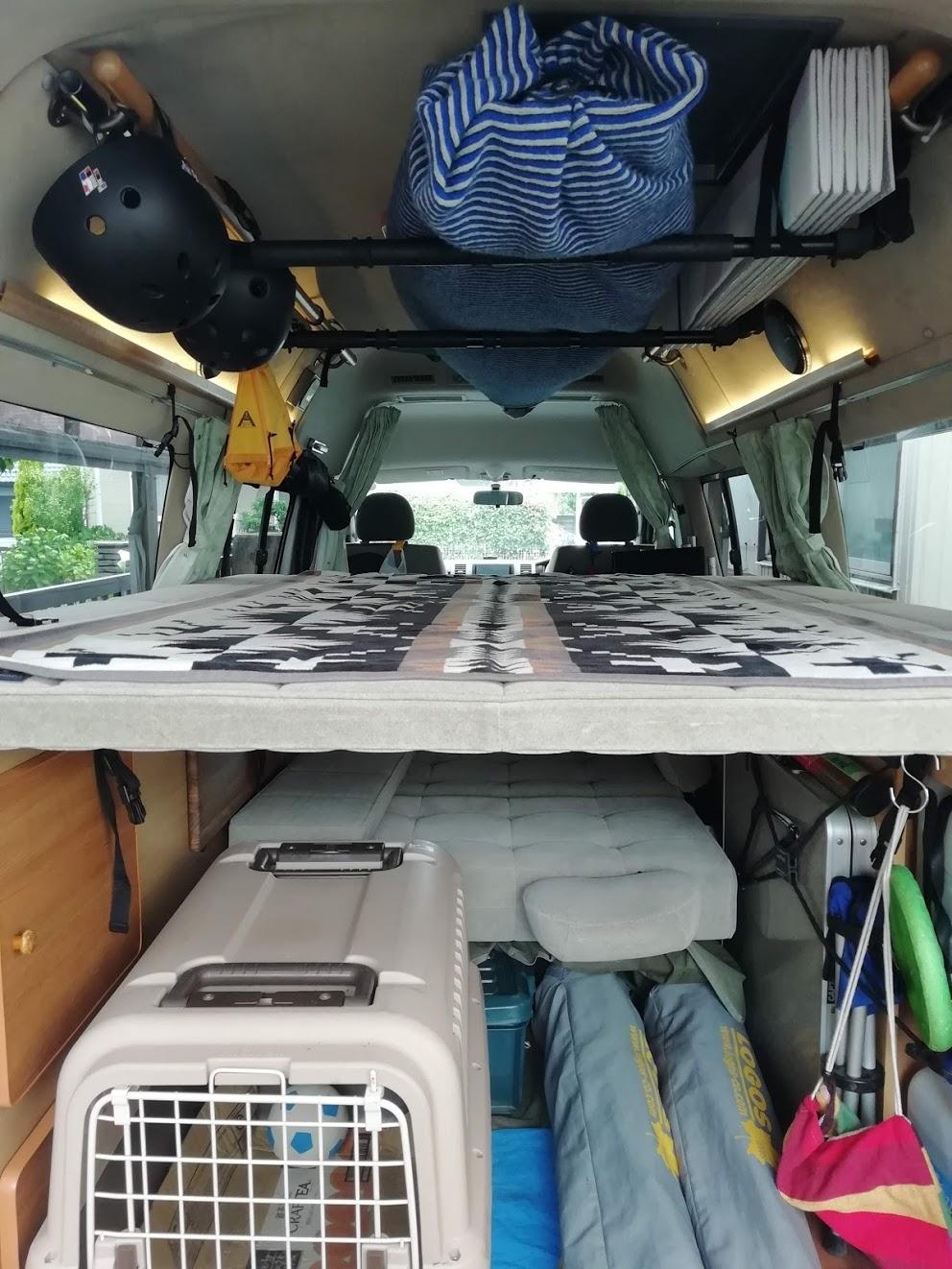 (3)内観(車中泊できるスペース)2段ベッドとなります。小学生くらいまでなら上の段で3名寝れます。