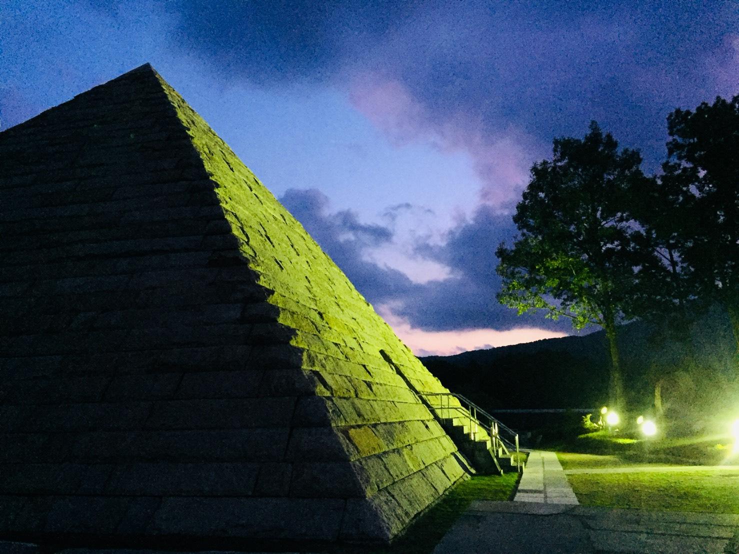 幻想的なピラミッド