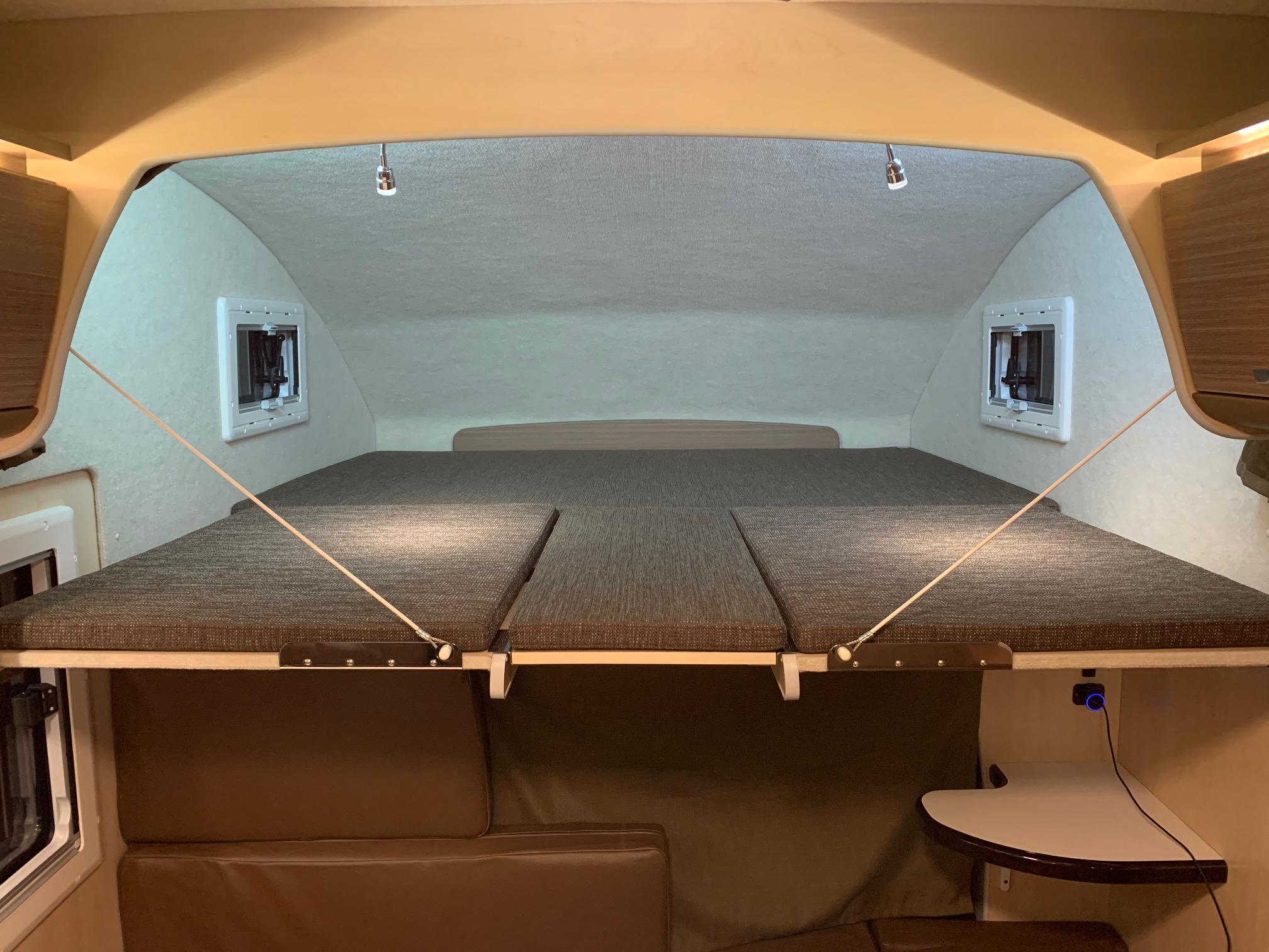 (6)内観(後部座席)左右バンクベッド展開+センターマットin