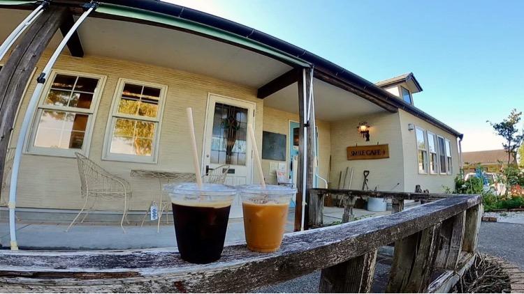すぐ隣にあるスマイルカフェでは地産食材のお料理、デザートが楽しめるほか、コーヒーやお弁当もテイクアウトできます!