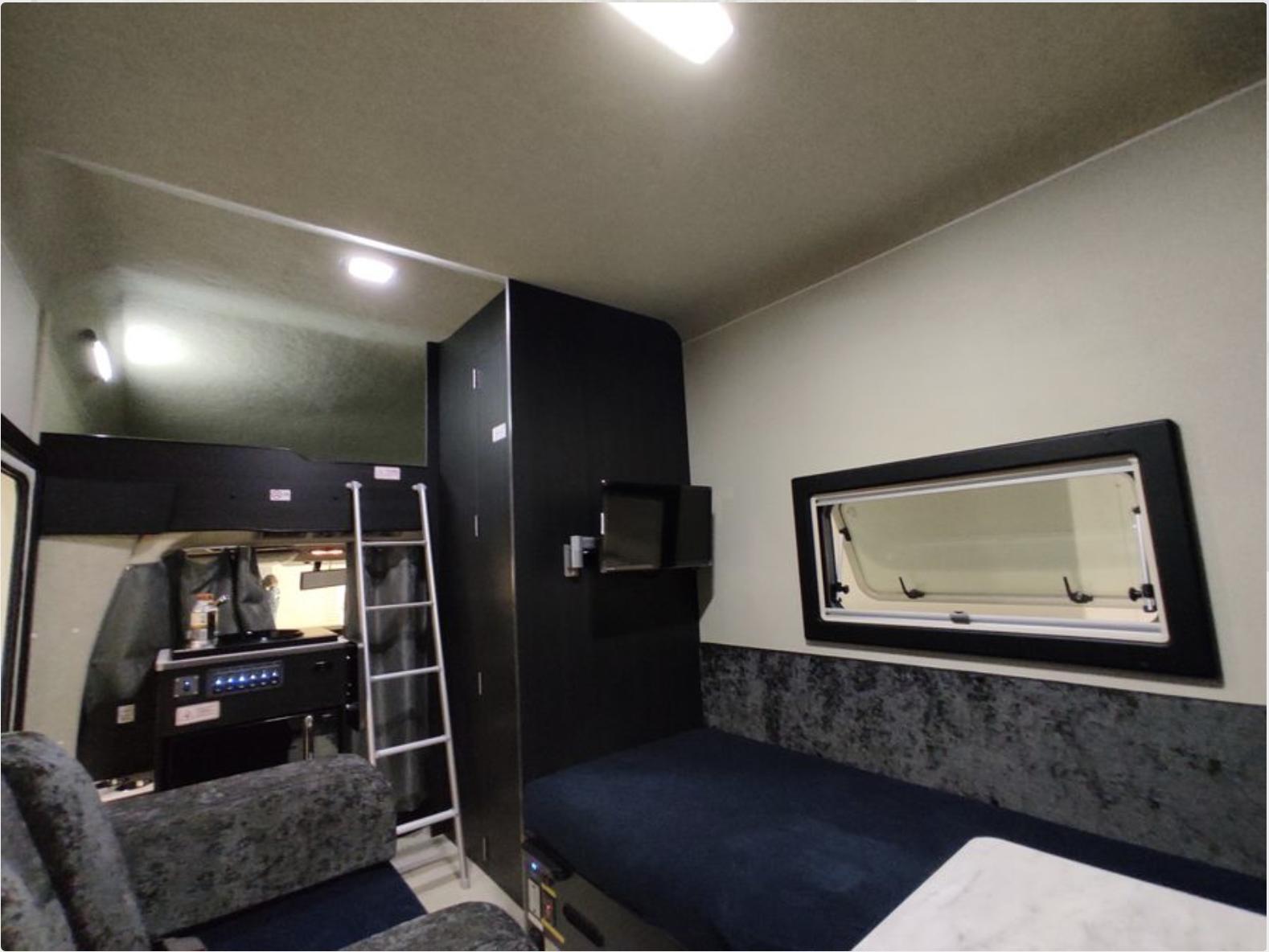 社内はホテルのような内装で、テレビもついています