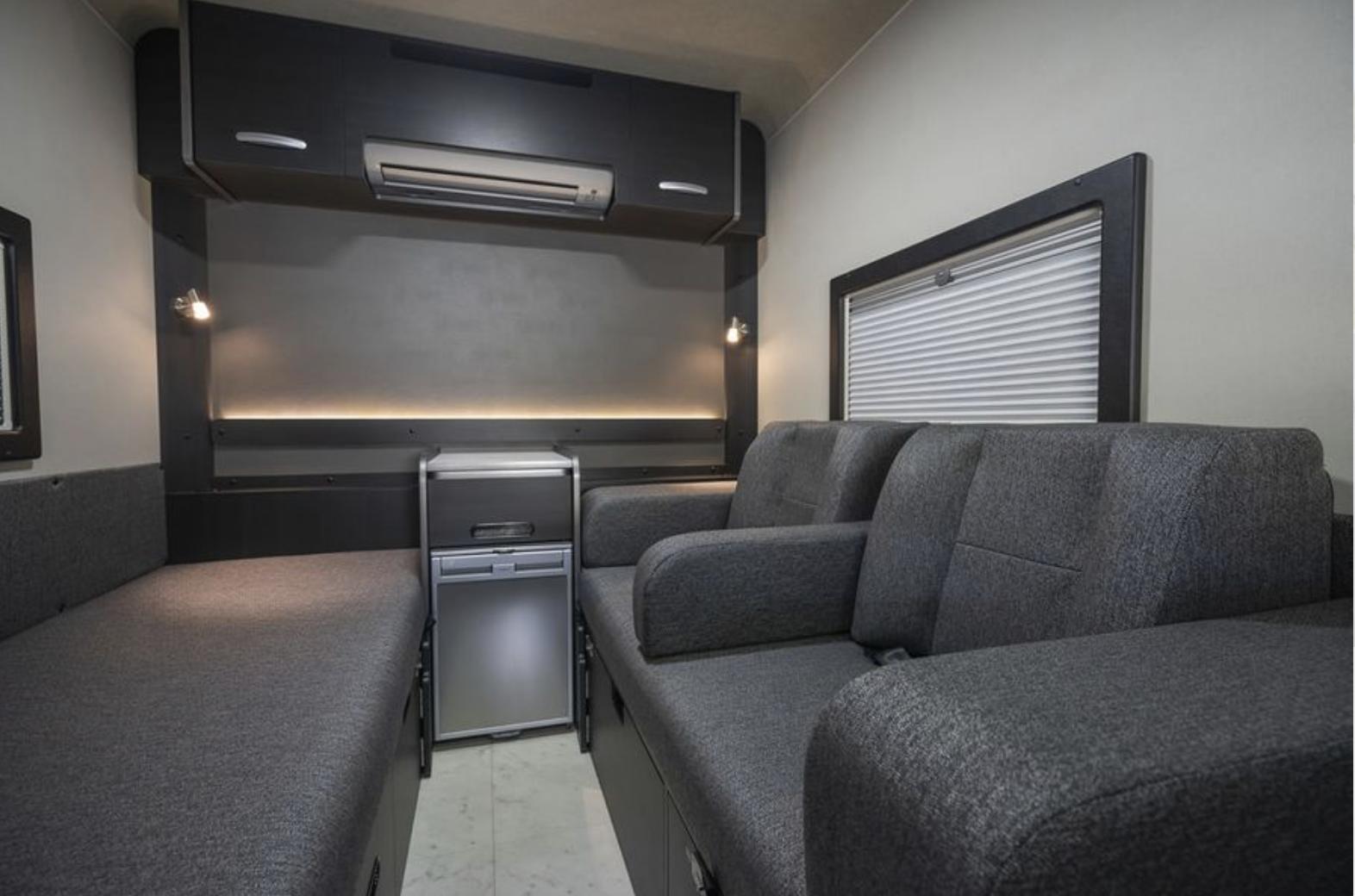 車内はエアコン付きで、広々としたホテルのような空間になっています