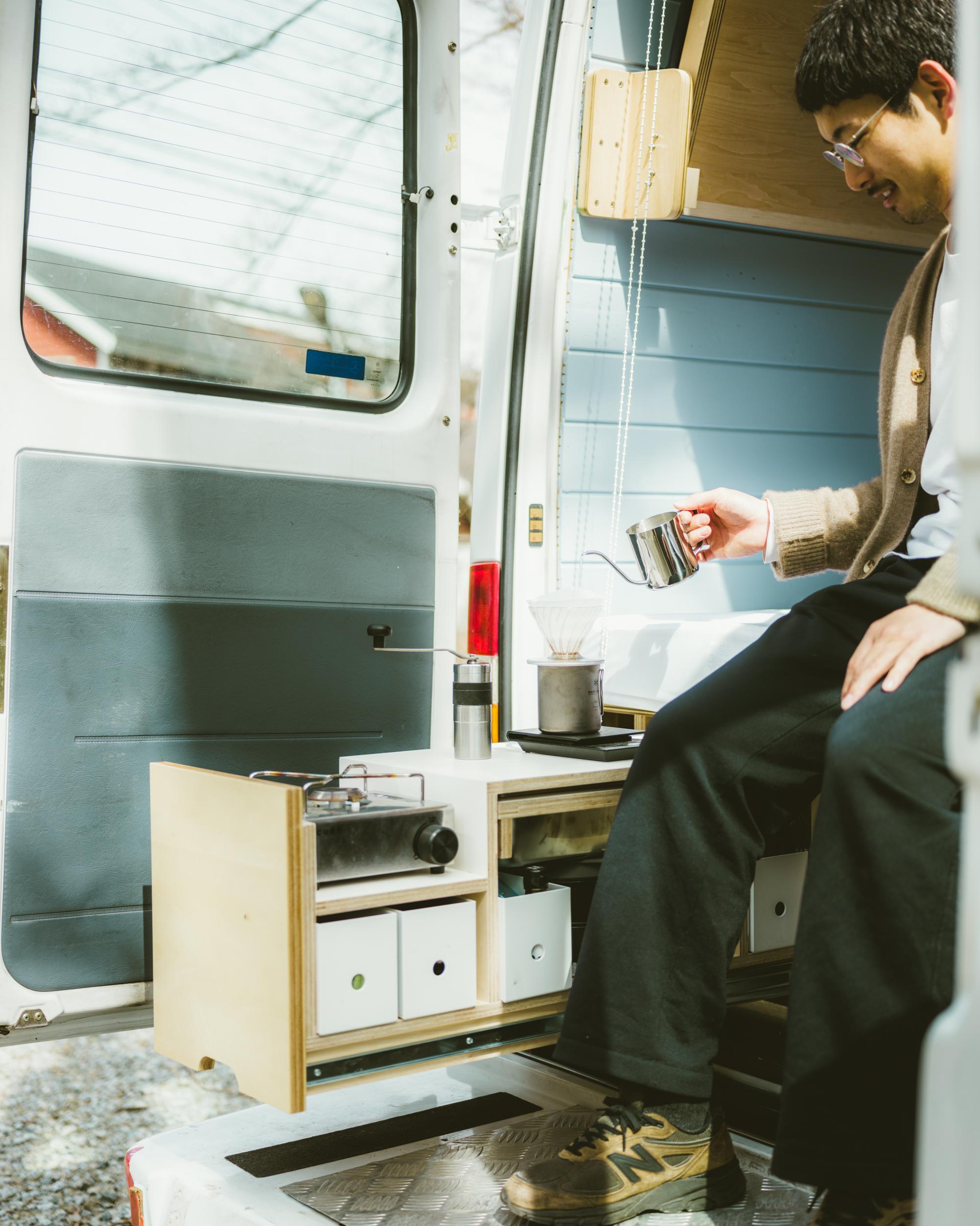 ベッド下に格納されたモジュール式キッチン。バックドアから絶景を眺めながらのコーヒーは格別です。