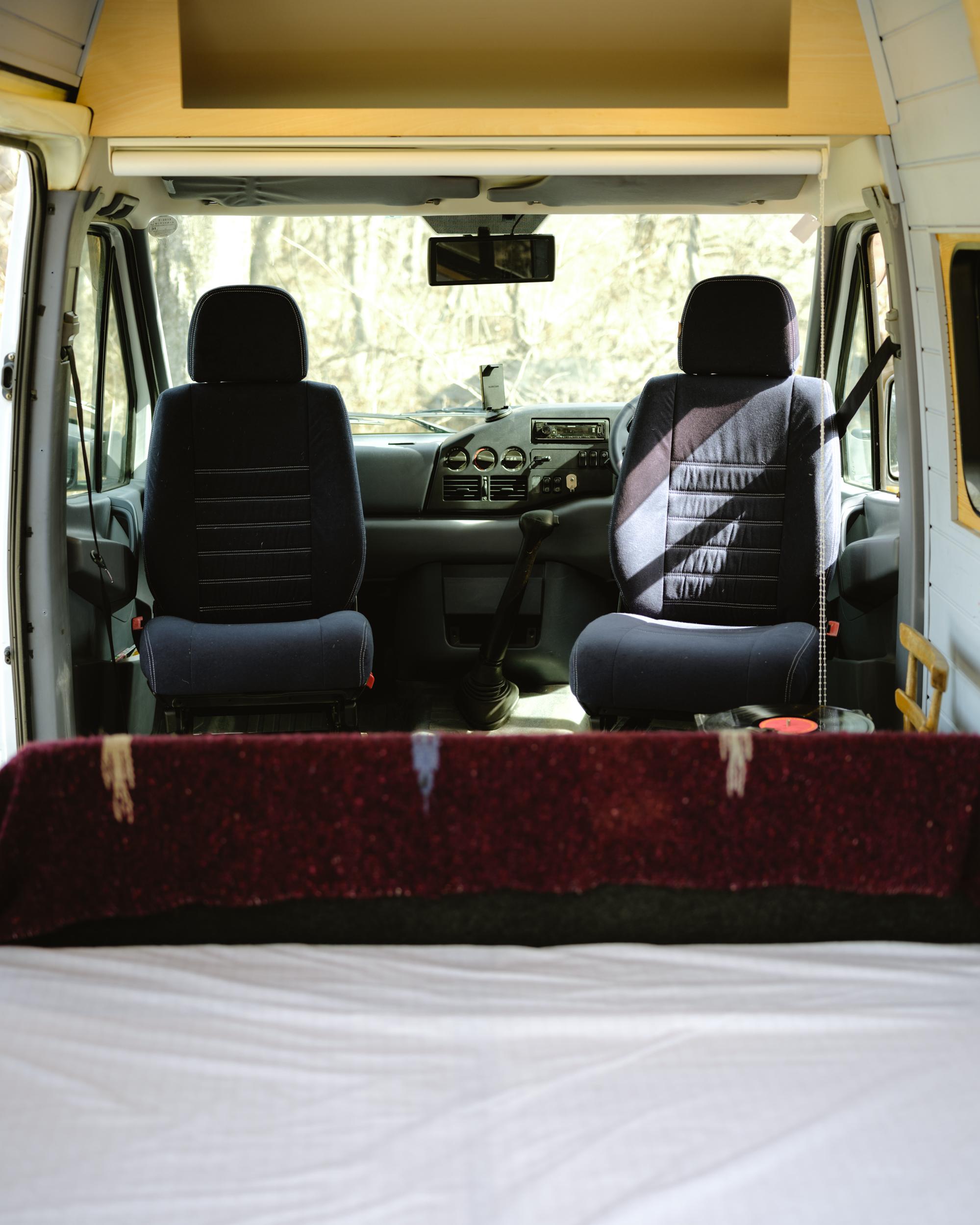 前席のドライバーズシートを回転させるとリビングスペースに様変わり。※停車中のみご使用ください。走行時はNGです。