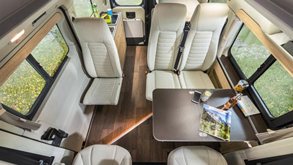 運転席と助手席を回転させればリアスペースはダイニングスペースに。ルーフのベッド面を跳ね上げることで頭上空間が広がります。※画像は車両と色が異なります