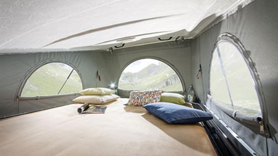 ポップアップルーフベッドは大人2名が就寝可能な2,020mm×1,500mm。