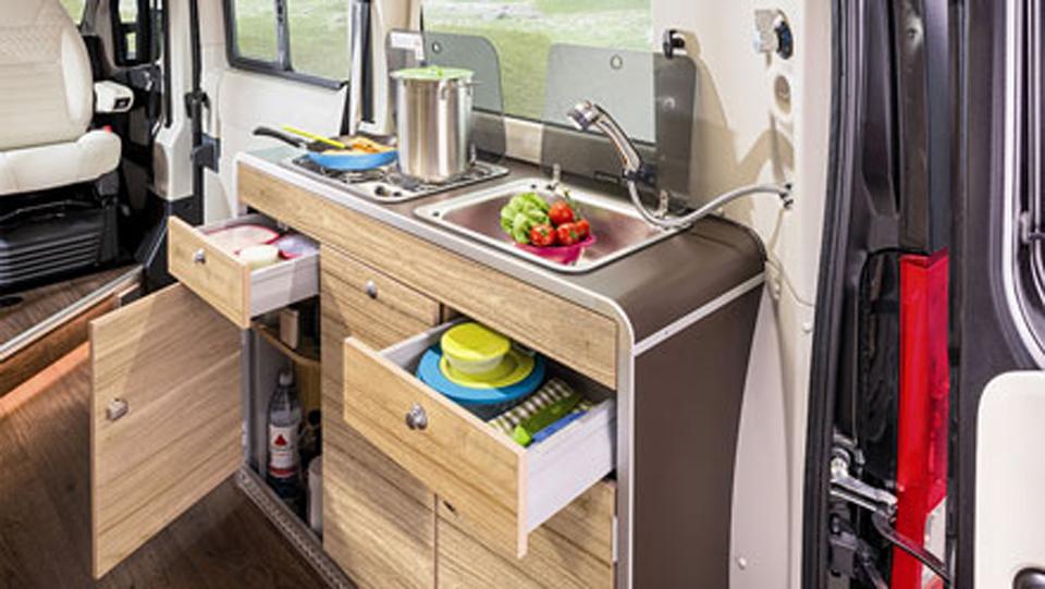 カセットガス式コンロの2バーナーコンロとダブルシンク。65L DC冷蔵庫、軽油式FFヒーターを装備しています。