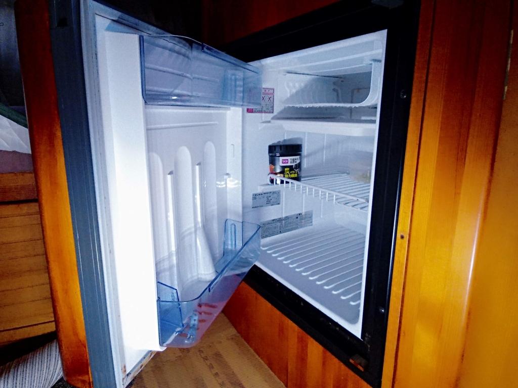 (12)冷蔵庫(別にポータブル冷凍冷蔵庫常備)
