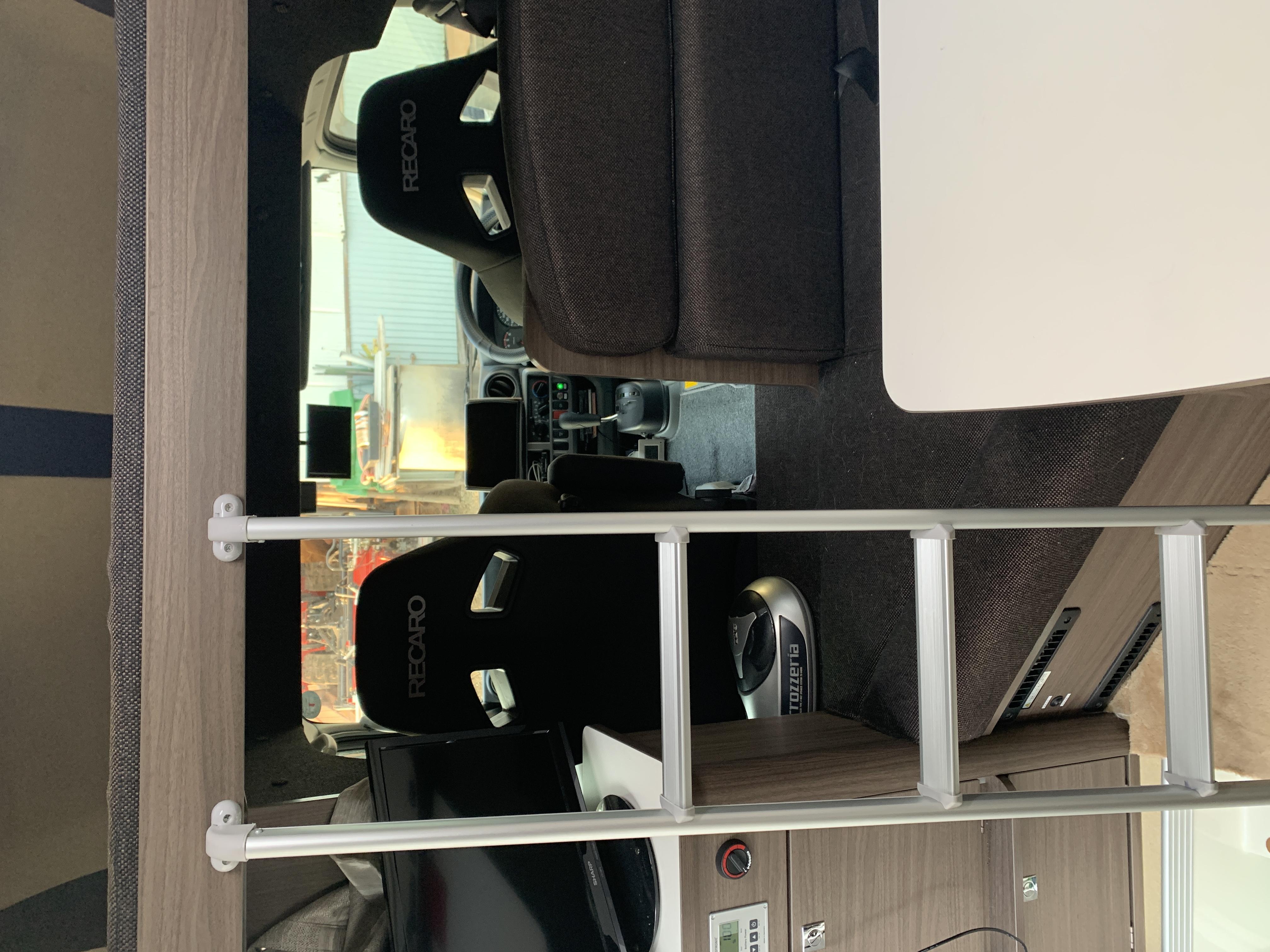 (10)内観 左側TVとバンク梯子 右側座席