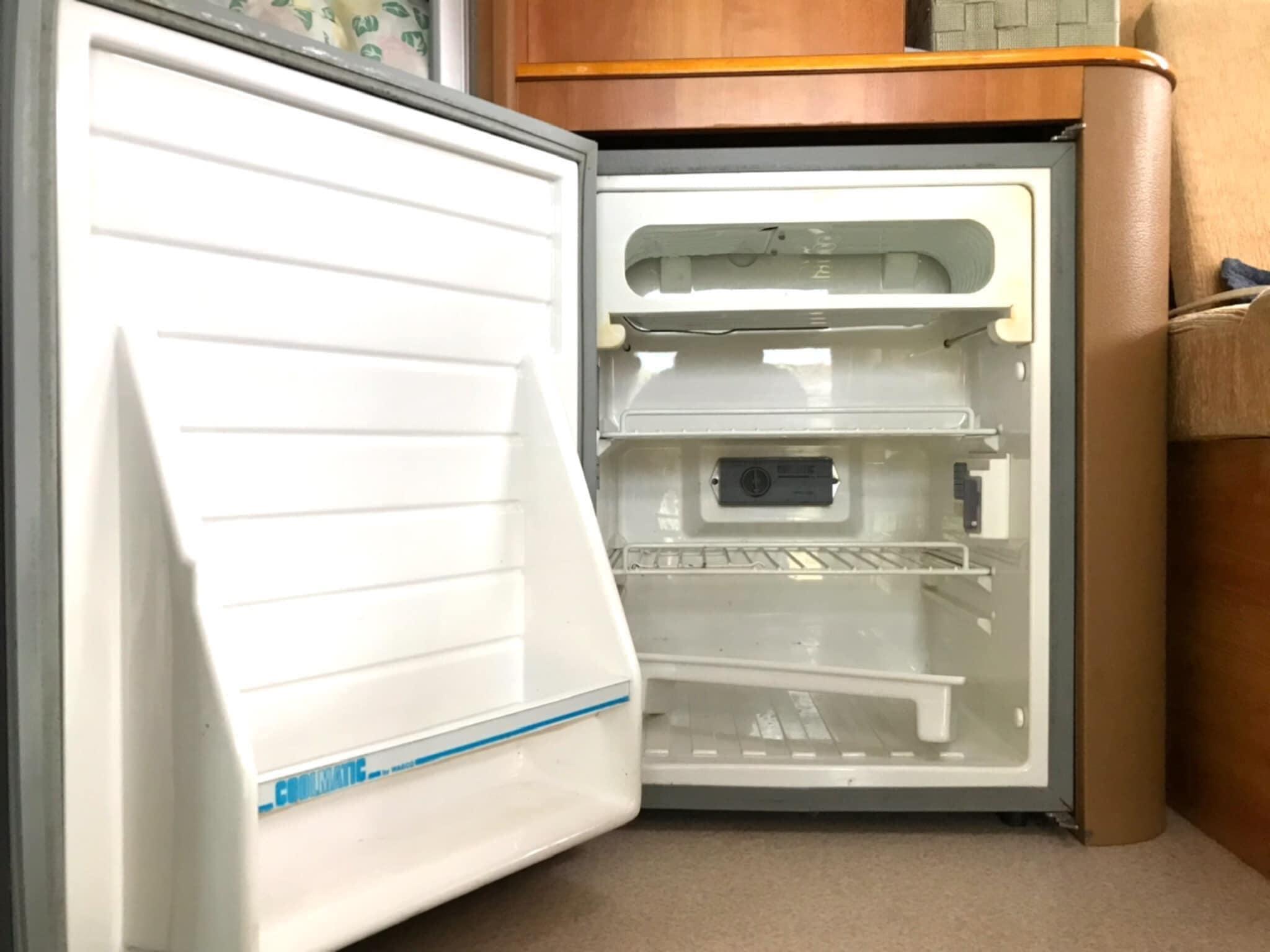 (11)冷凍機付き冷蔵庫(愛犬たちのご飯を保存するためには必須の冷凍庫も付いています)