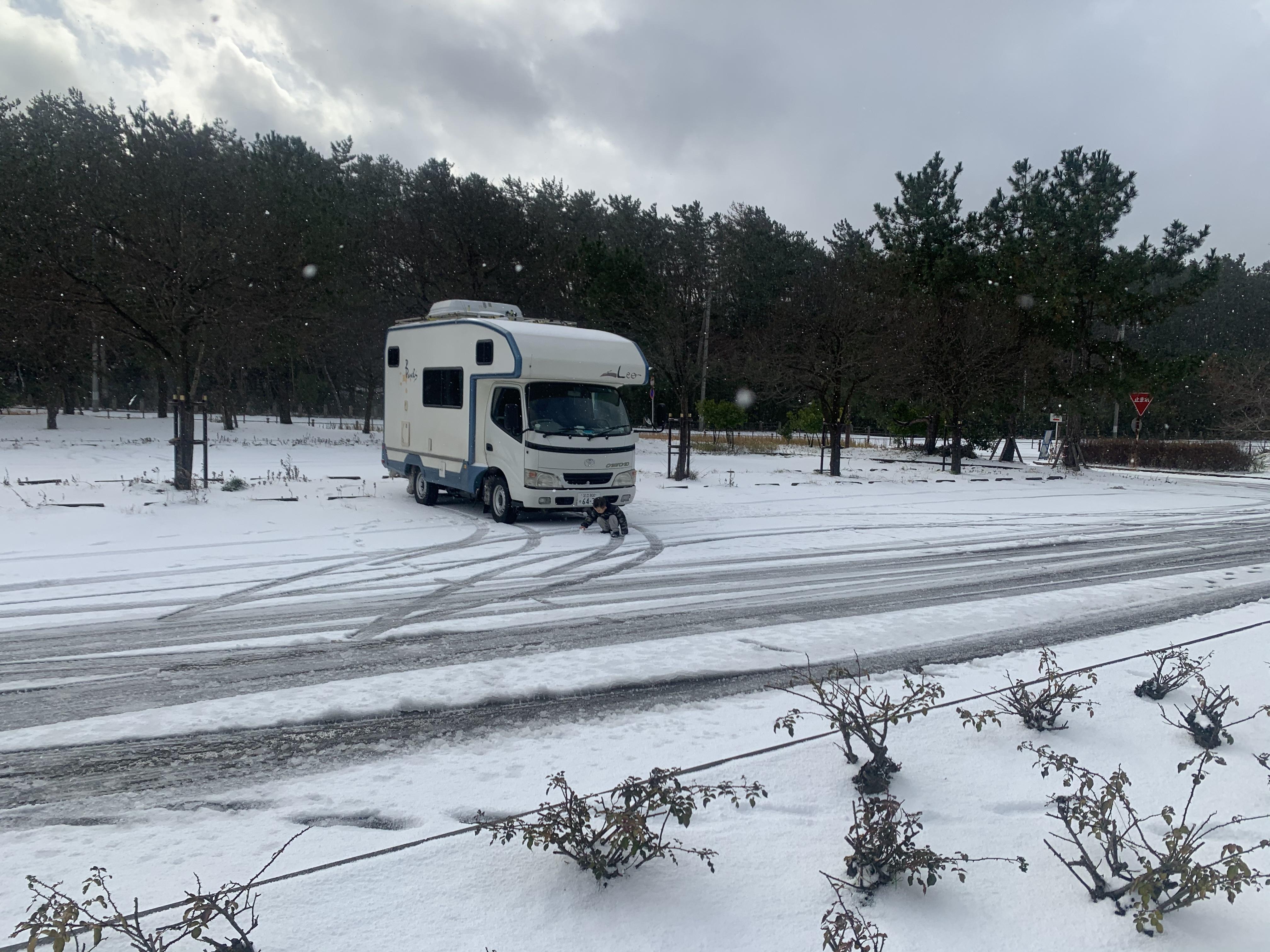 雪道もスタッドレスで安心です。チェーン、スコップ、スタック用タイヤステップ常備してます。