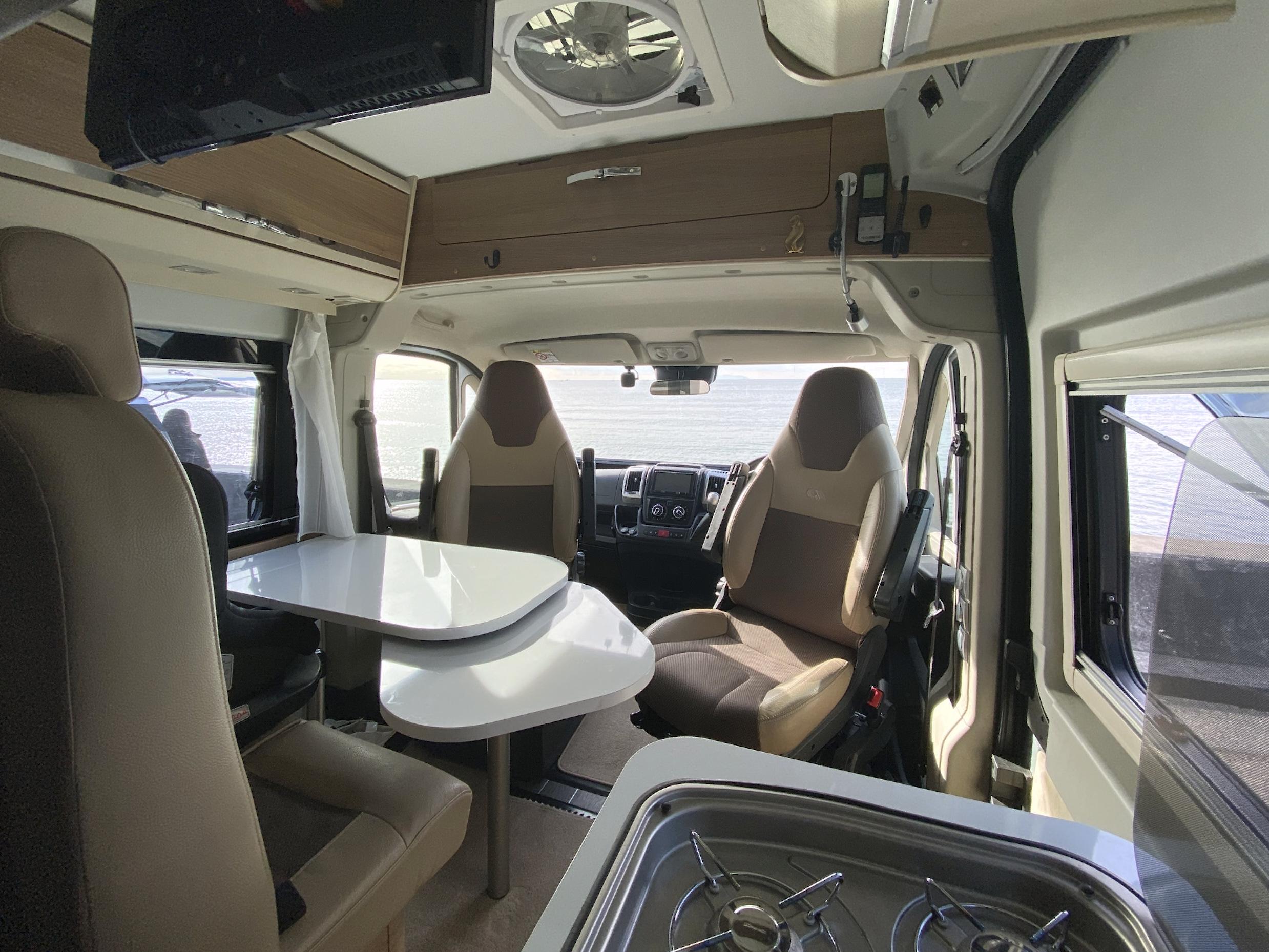 運転席、助手席を回転させてくつろぎスペースに♪