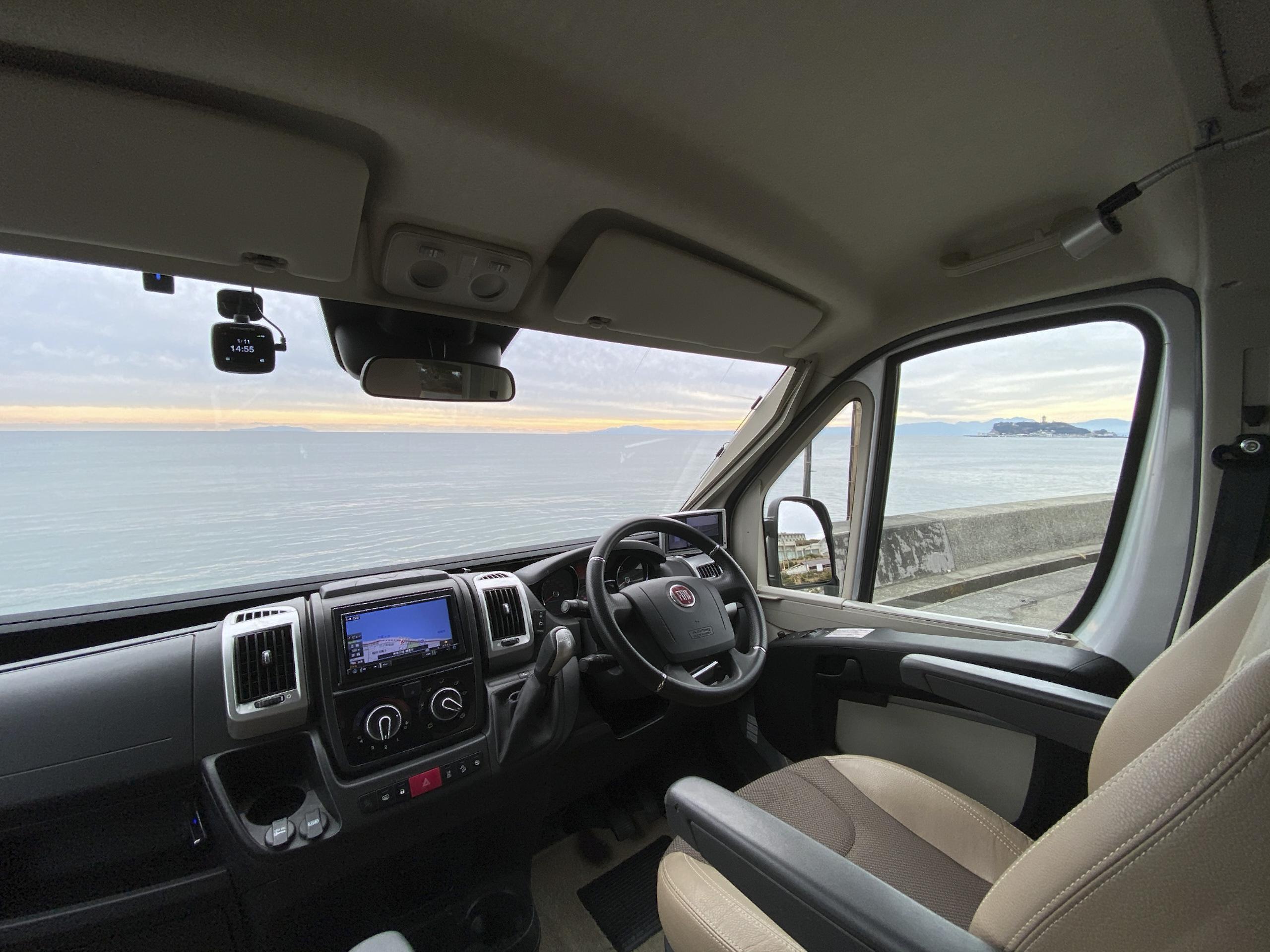運転席は安心の右ハンドル。アラウンドビューモニターもついています!