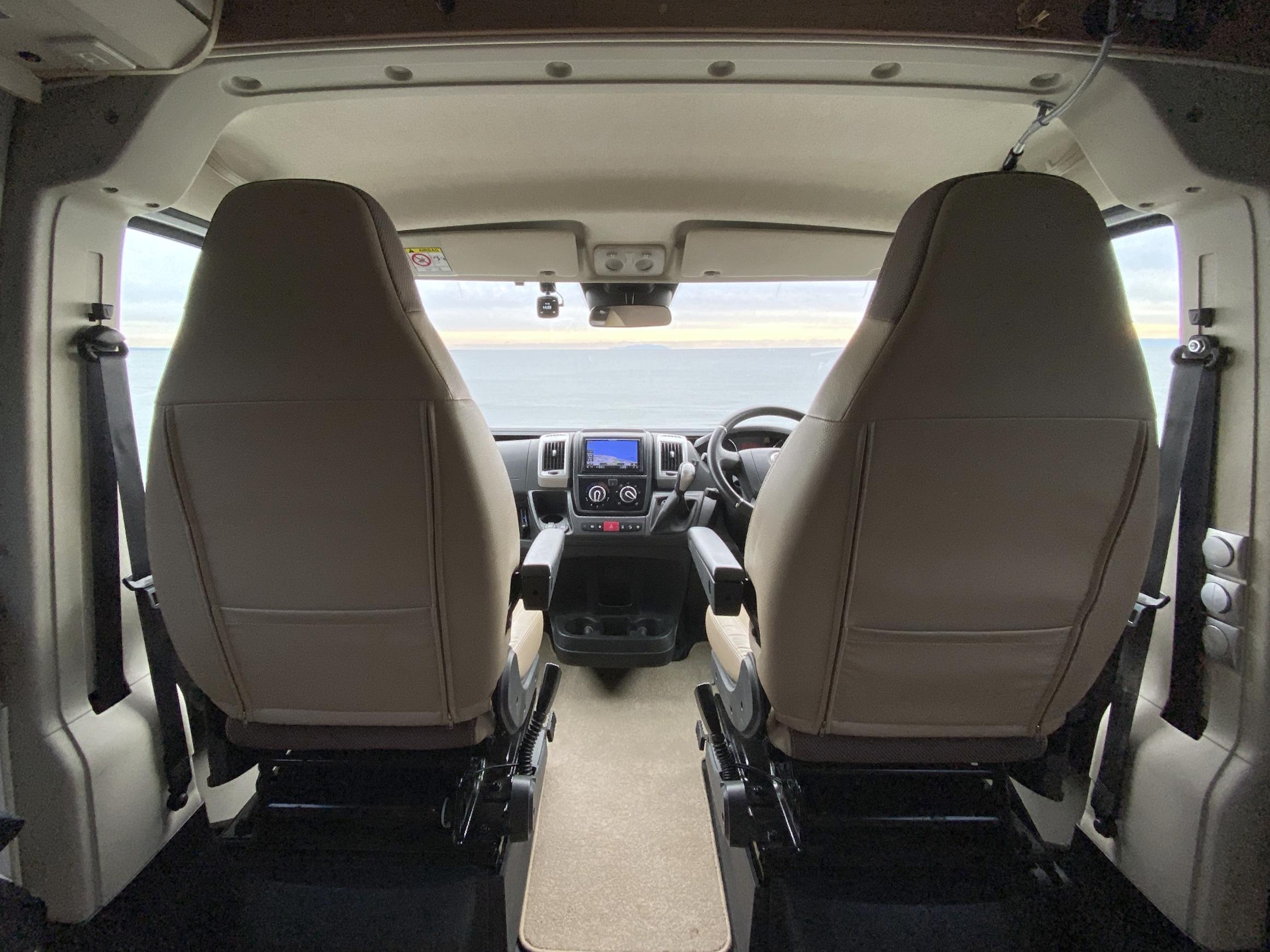 運転席と助手席