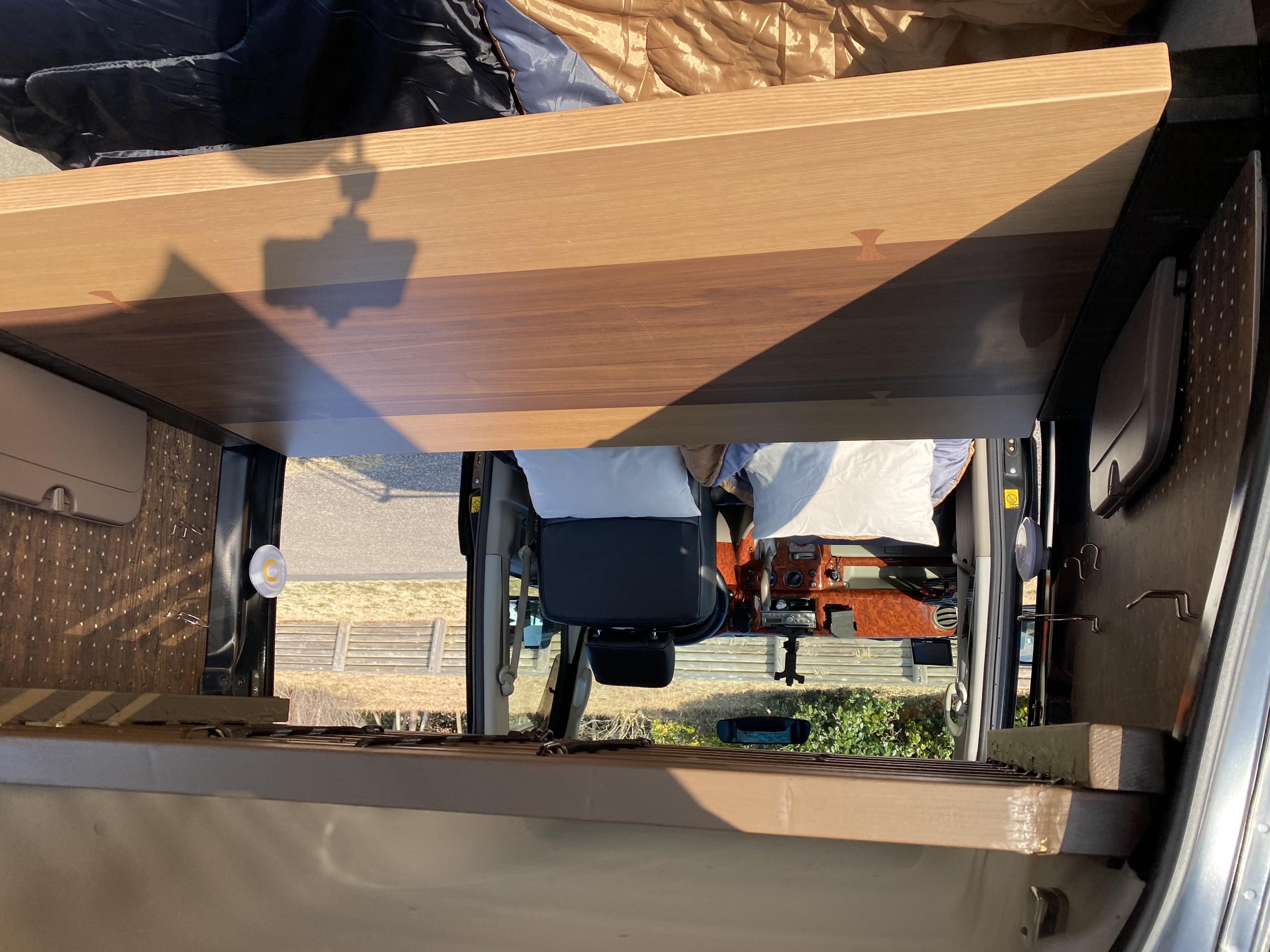 (3)内観 広々使えるテーブル付 1200mm×800mm 左右ドリンクホルダーとUSB電源完備