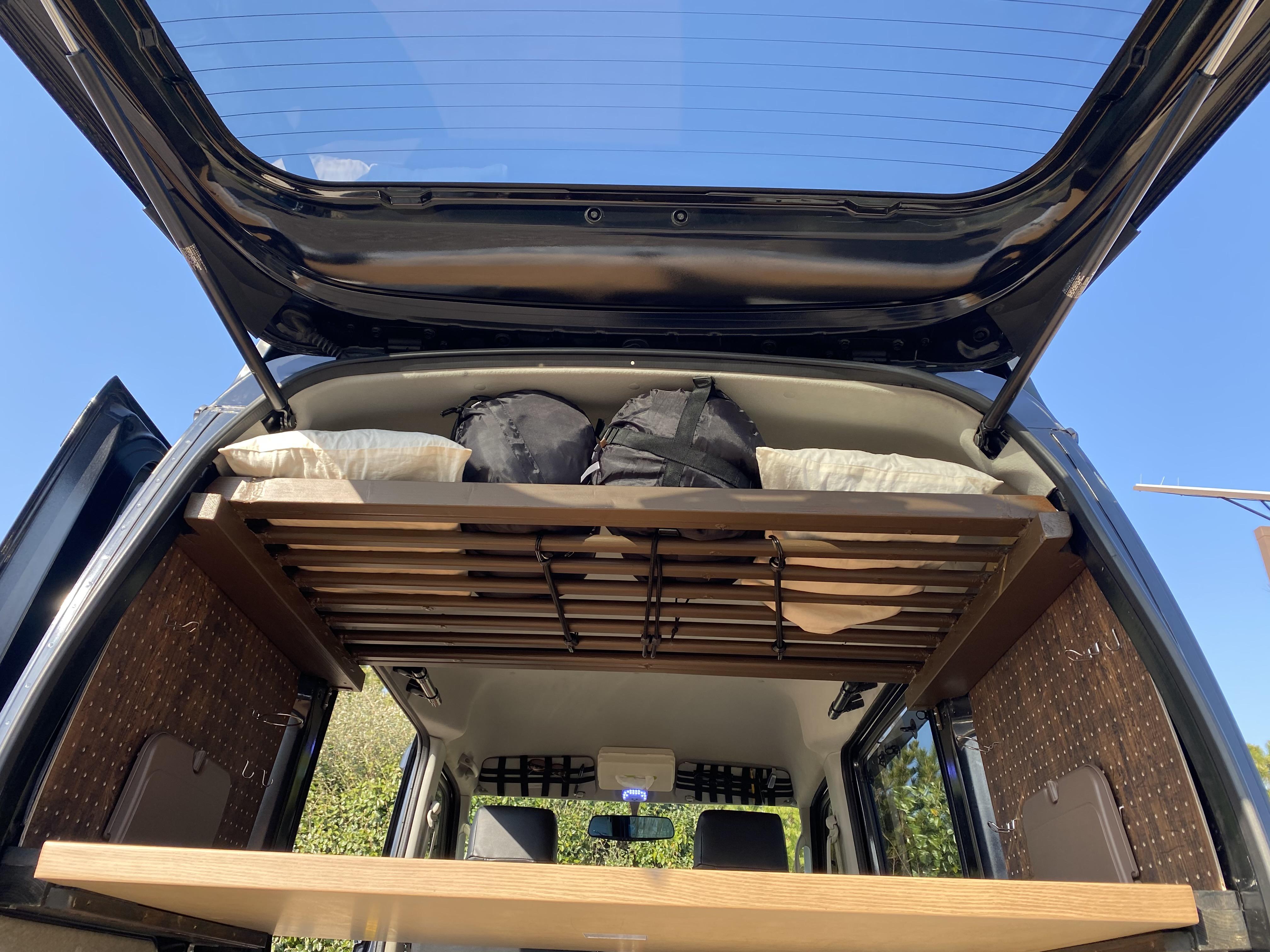 (6)内観(荷物上段の天井ラックには寝袋・枕・シェードと収納できます)