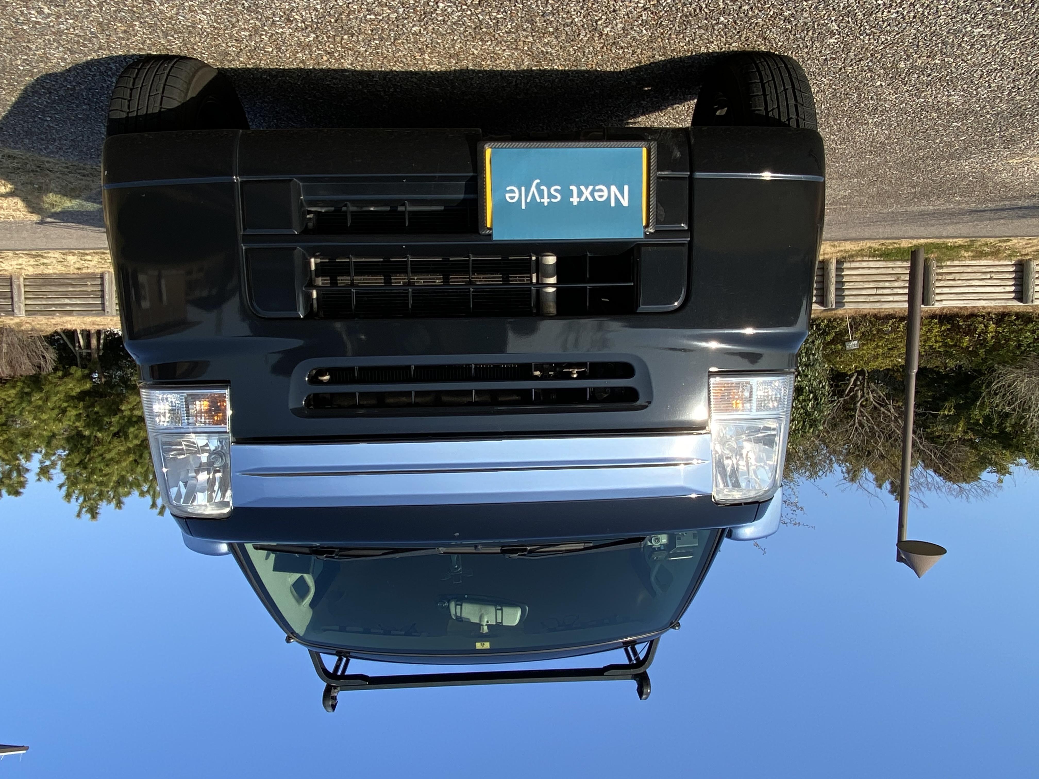(9)運転席にはポータブルナビ・携帯充電コード3種類可能・タブレットホルダー・ドライブレコーダー完備。