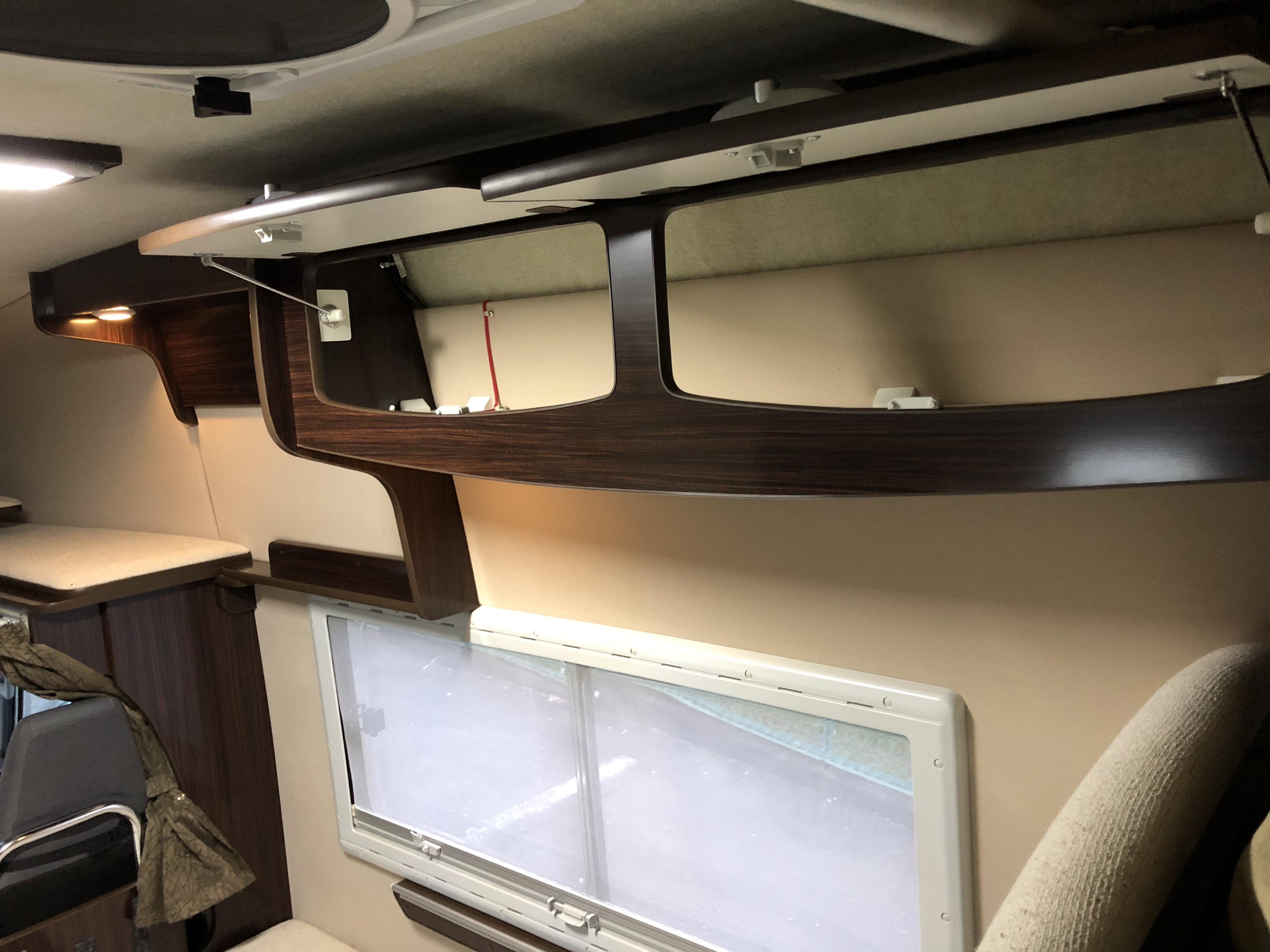 上部収納棚 窓はプラスチック製で断熱に優れます。