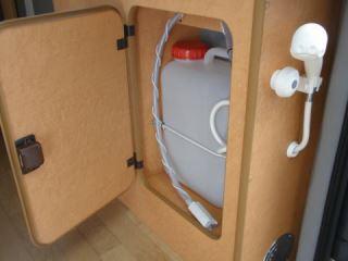 (5)内観(設備等)。シャワーはタンクから汲み上げます。海水浴で砂を洗い流す時などに便利です。