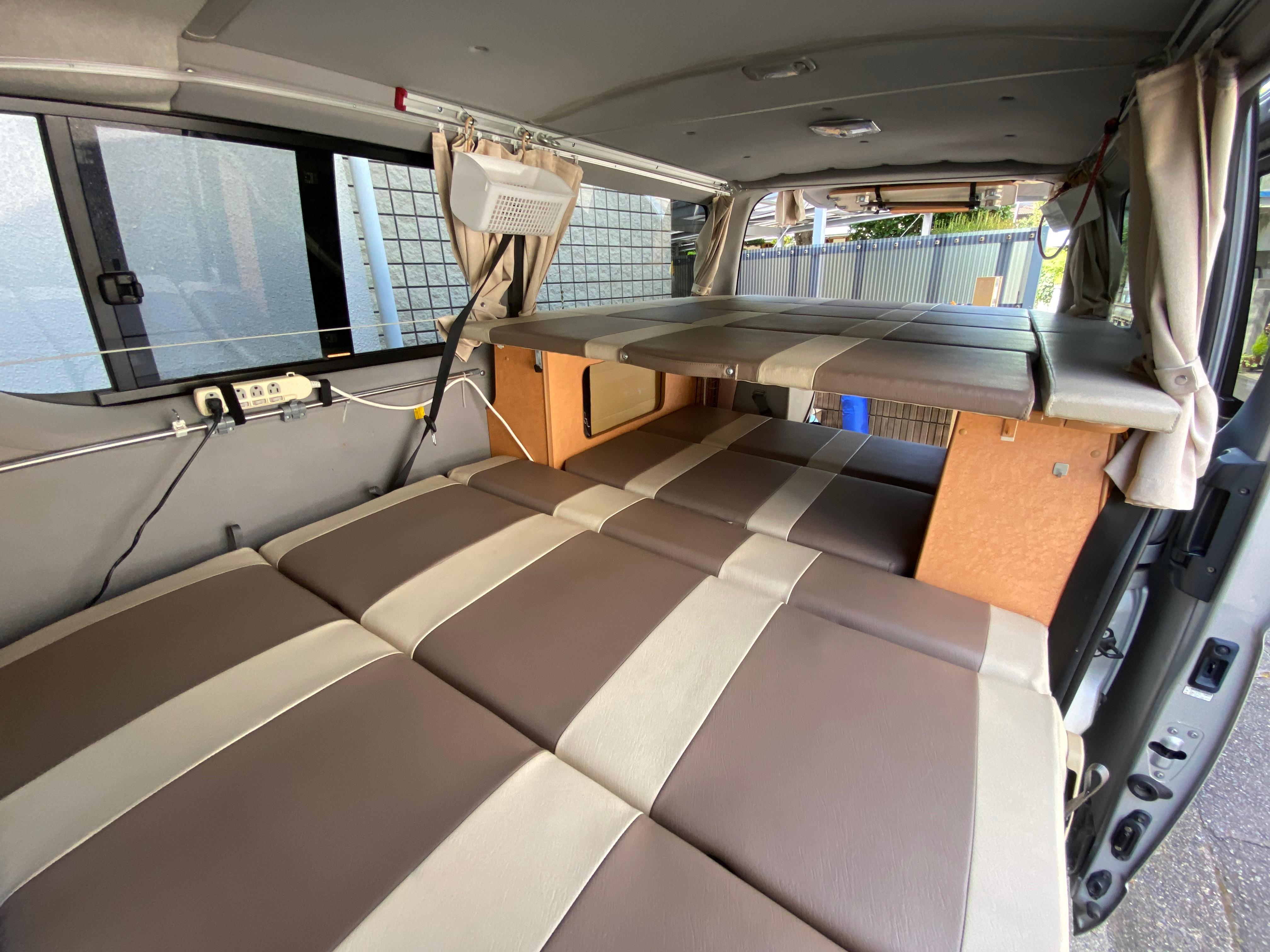 (4)内観(車中泊できるスペース)。上段に3人(お子様がおすすめ)。下段に2人就寝可能です。
