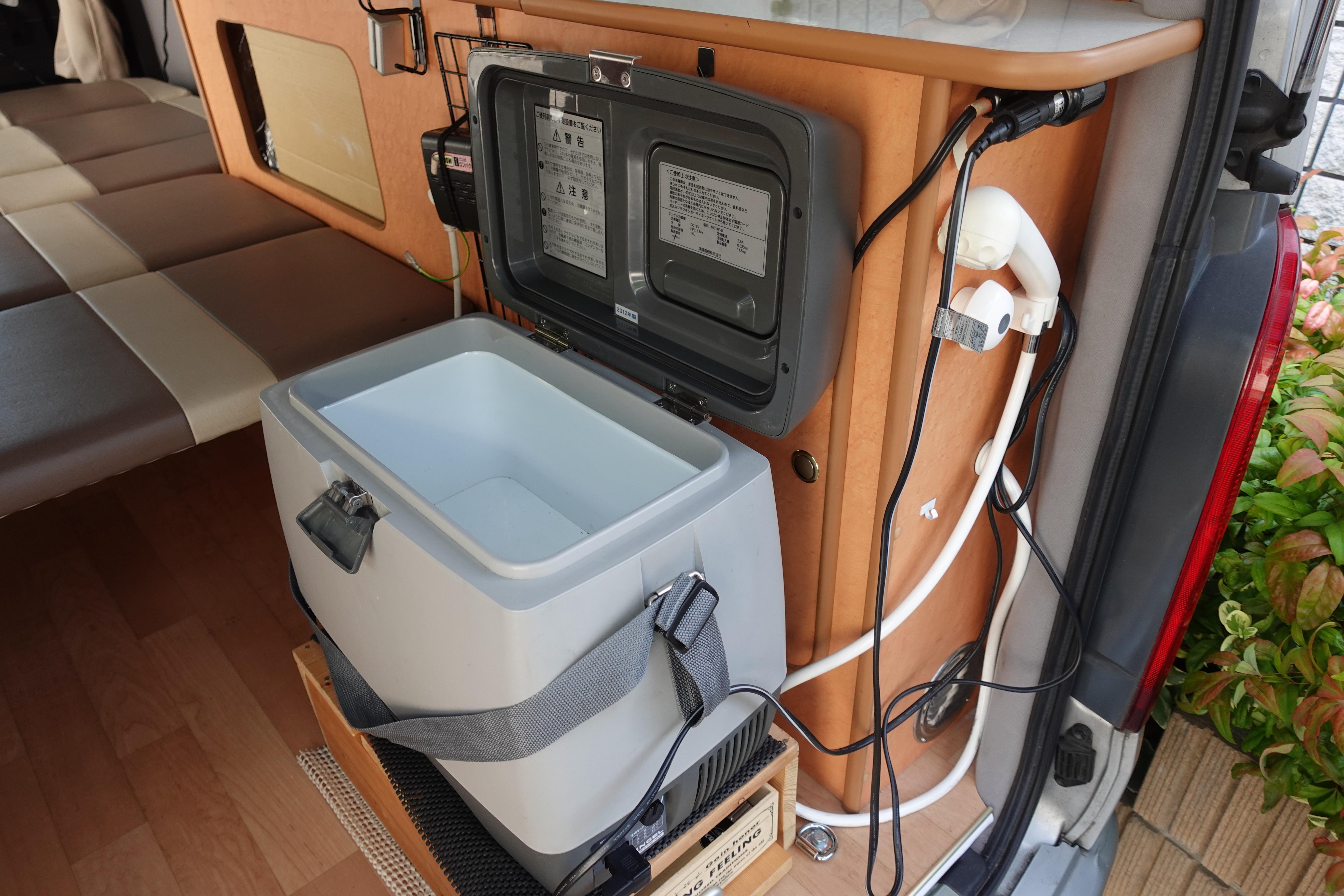 (5)内観(設備等) 冷凍も可能な冷蔵庫と、シャワーヘッド。