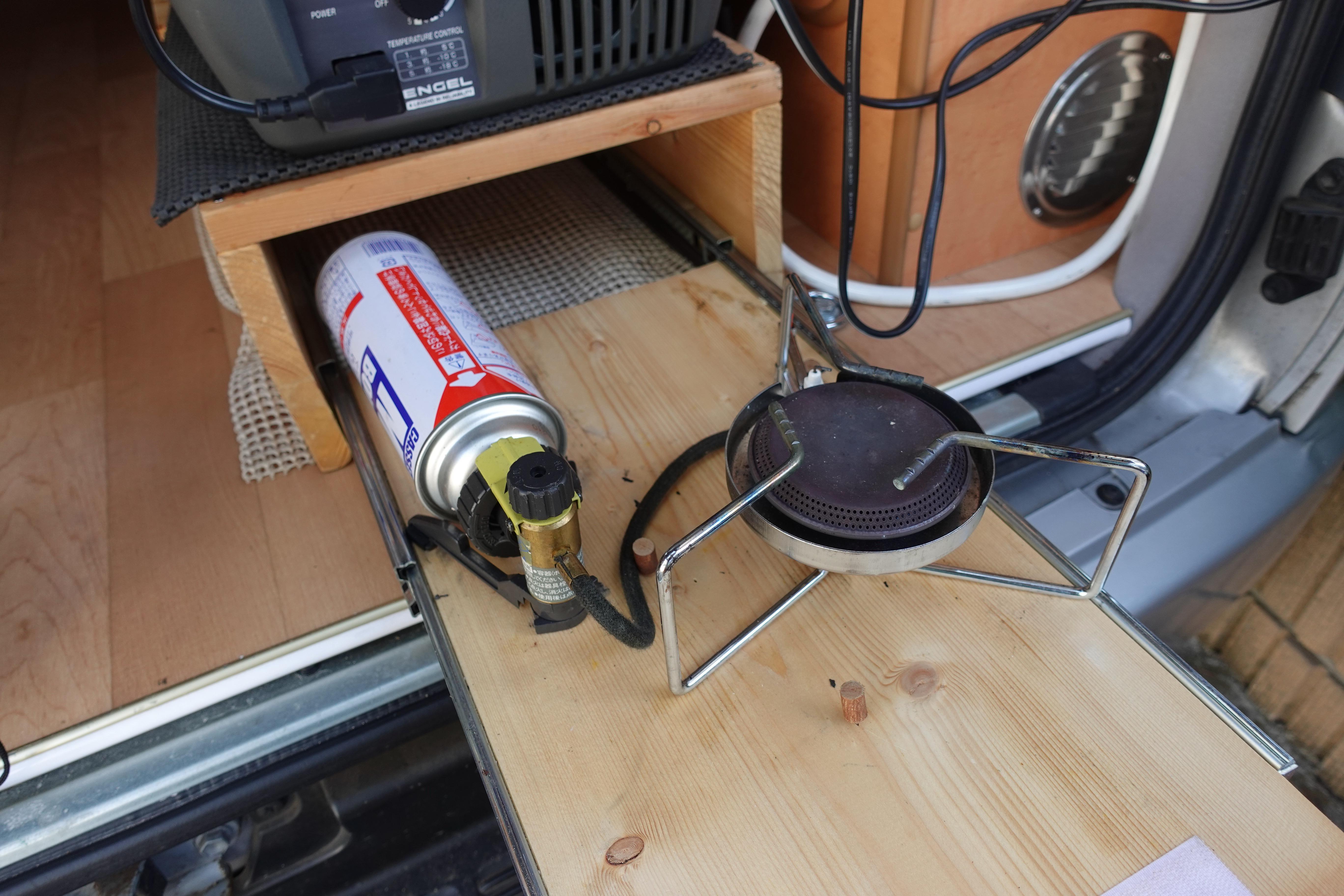 (5)内観(設備等) 冷蔵庫の下のスライド式棚にカセットコンロを収納しています