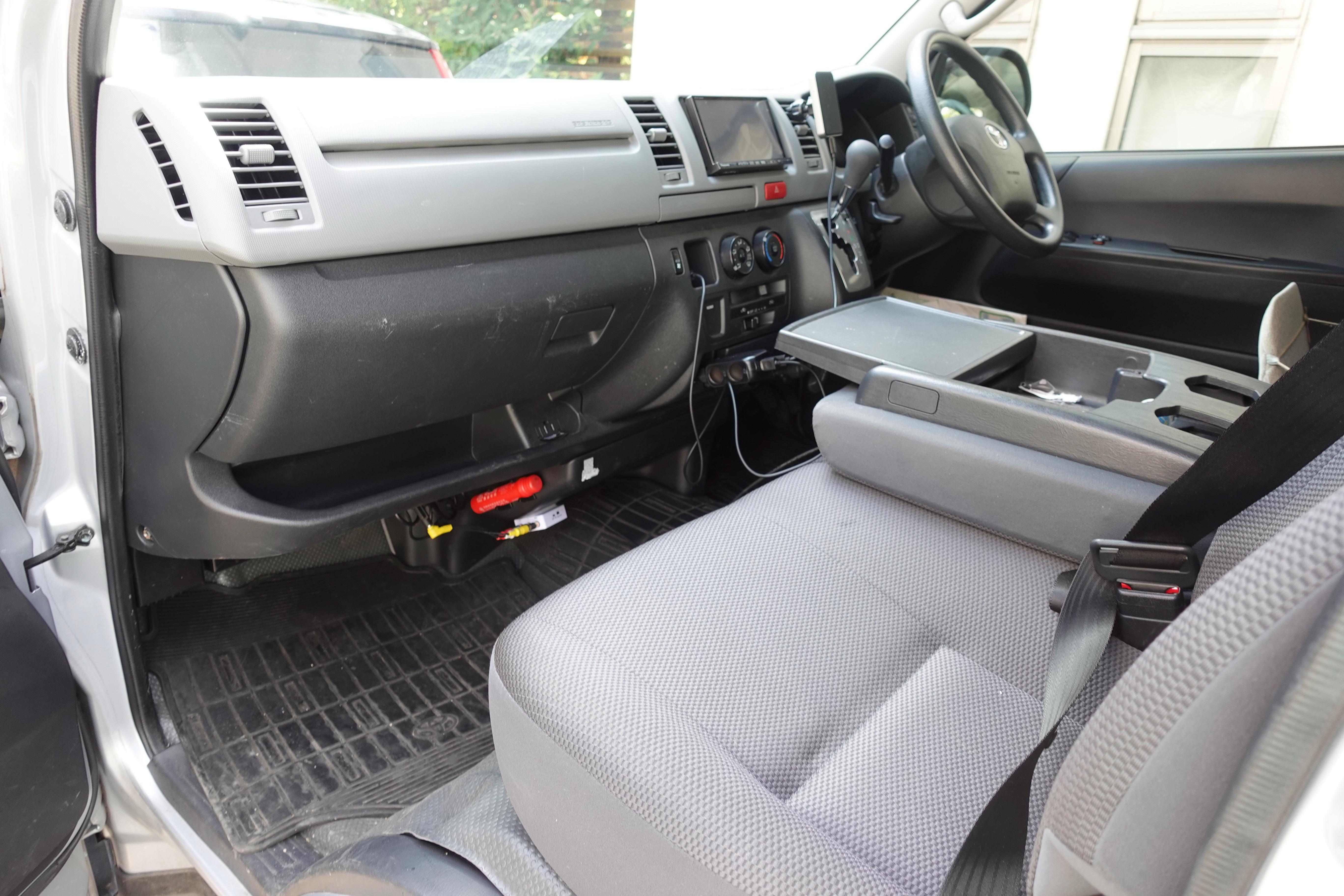 (7)内観(運転席&助手席) センター部も座席になり3名座れます。