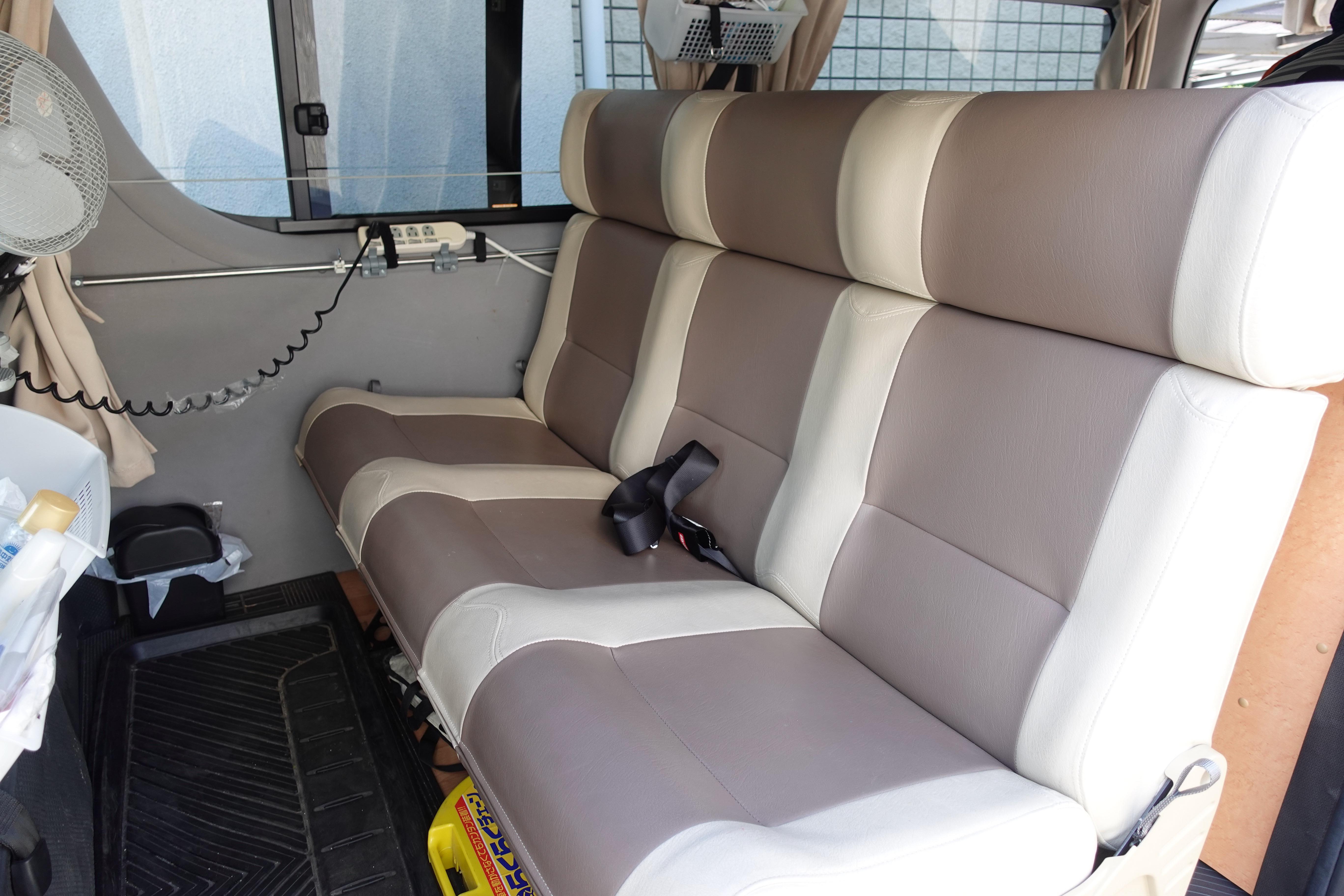 (8)内観(後部座席) 3名全員がシートベルト着用で前向きに座れ安全です。リクライニングも可能です。
