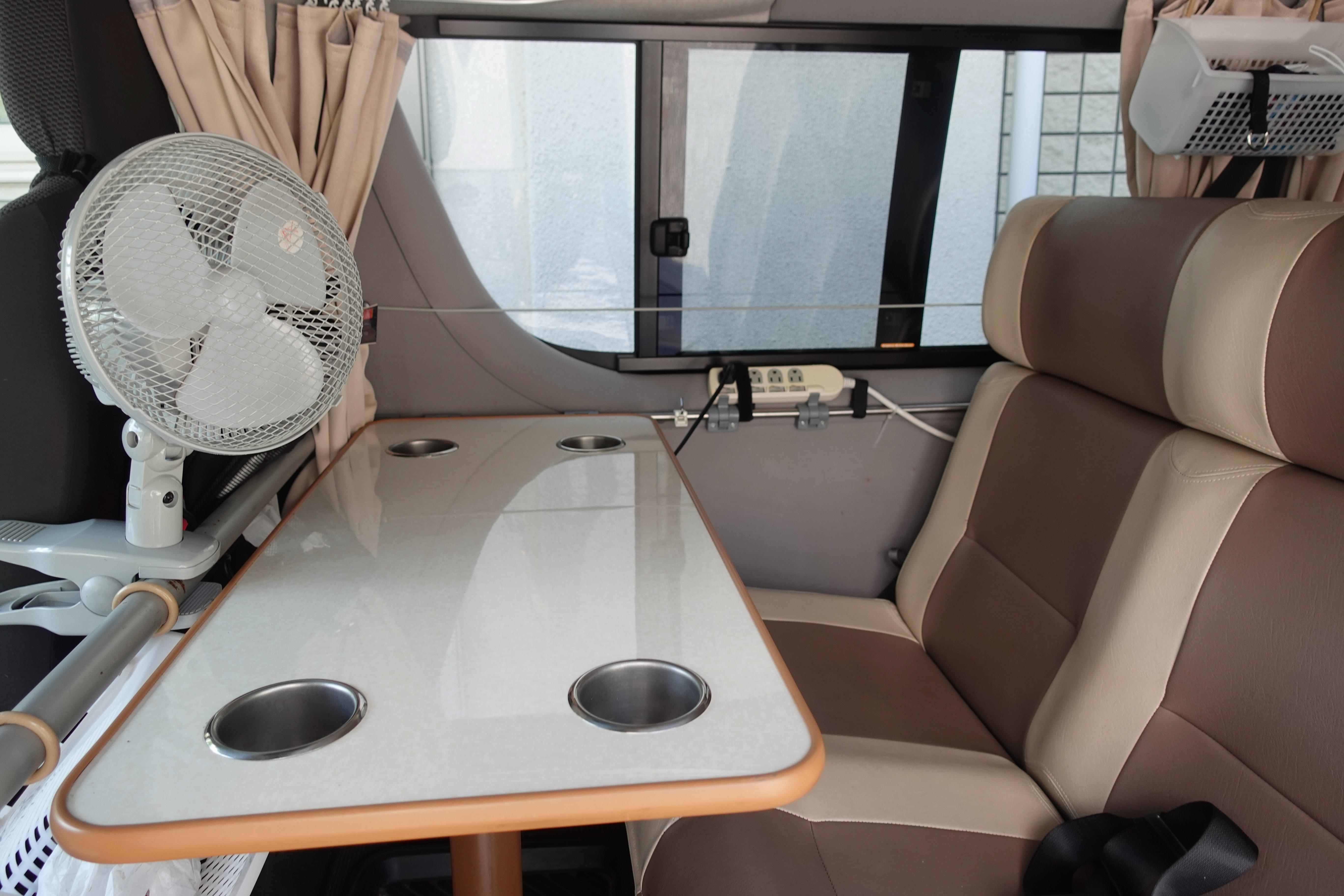 (8)内観(後部座席) テーブルを設置したまま座ることも可能です。電源タップもあり、仕事場としても便利です。