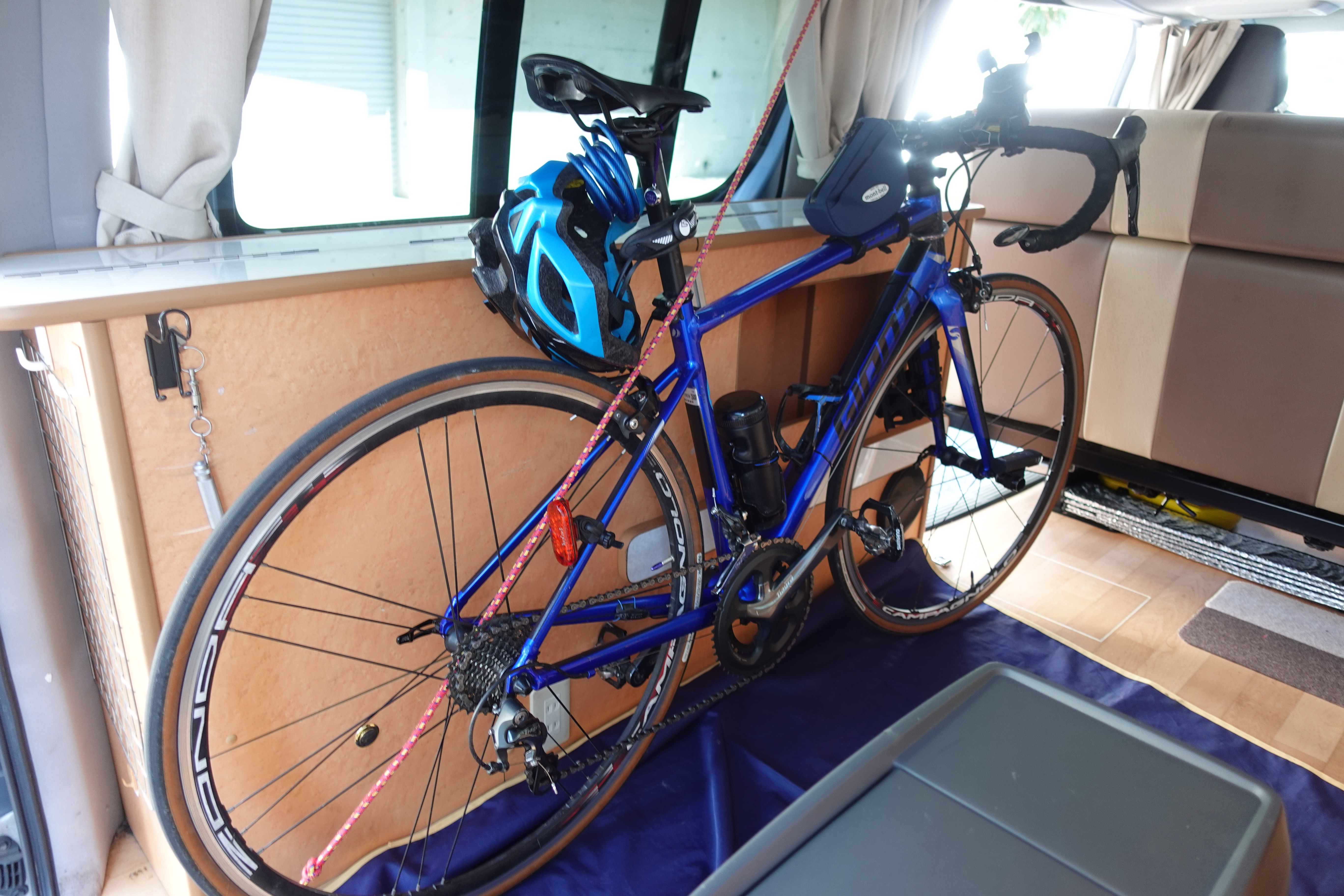 (3)内観(全体) ハイエースならではの大きな荷室に自転車を3台積載できます(自転車の大きさにもよります)。バイクも積載可能です。