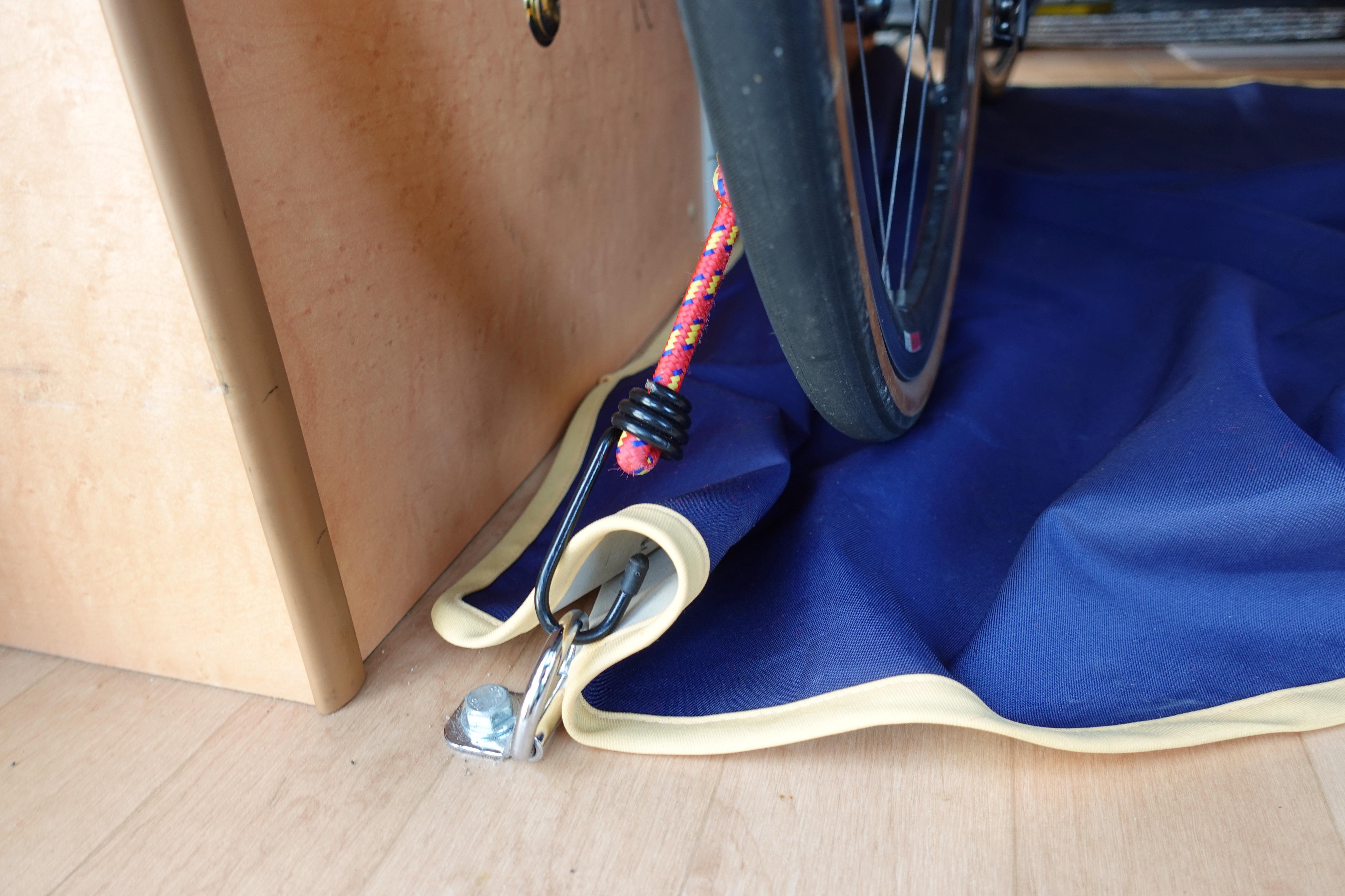 (3)内観(全体) 荷室には自転車やバイクなどを固定する金属製のフックとゴムロープがあるため、大切な愛車も安全に運ぶことができます。