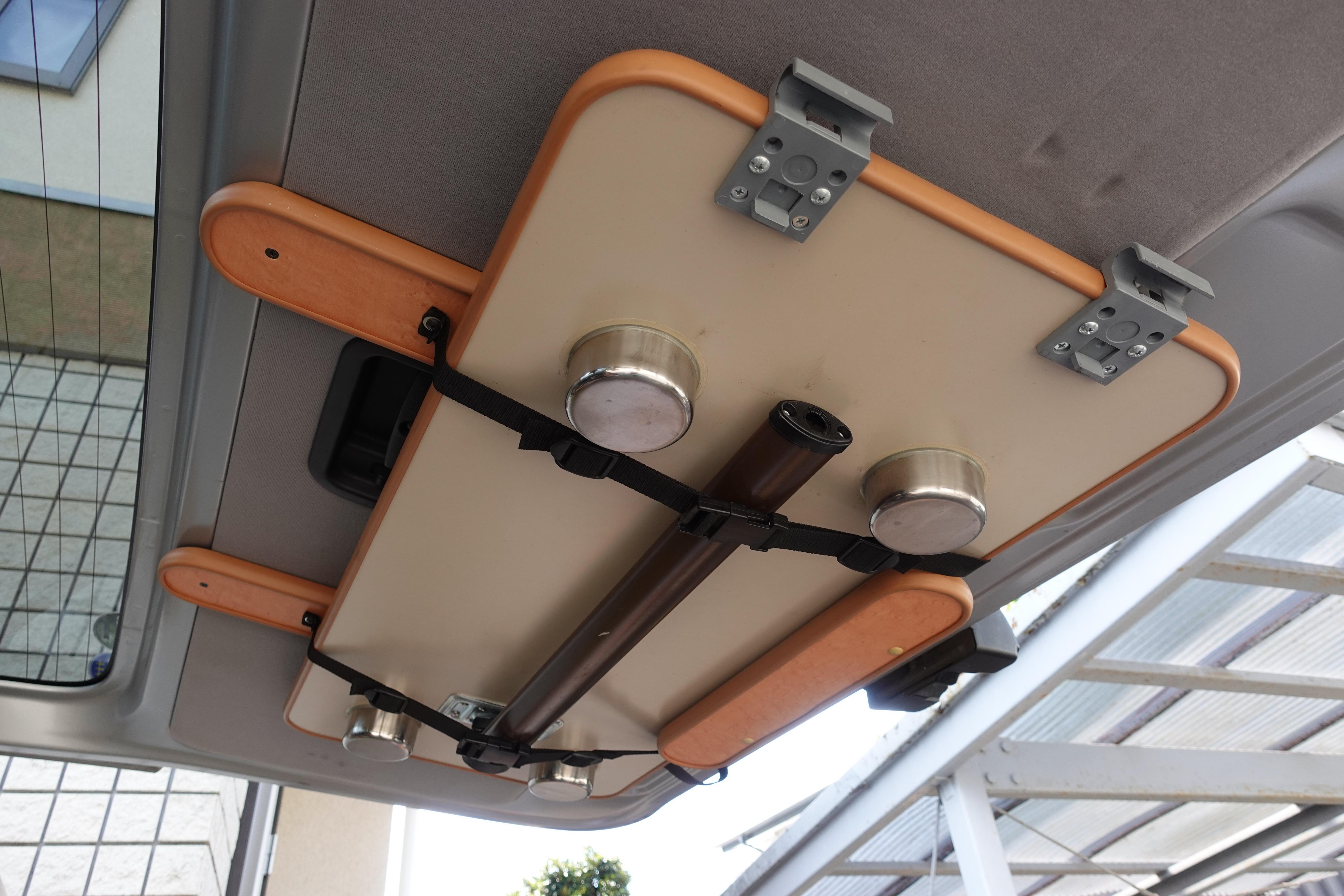 (5)内観(設備等) テーブルを使わない時は後部ハッチに収納できます。