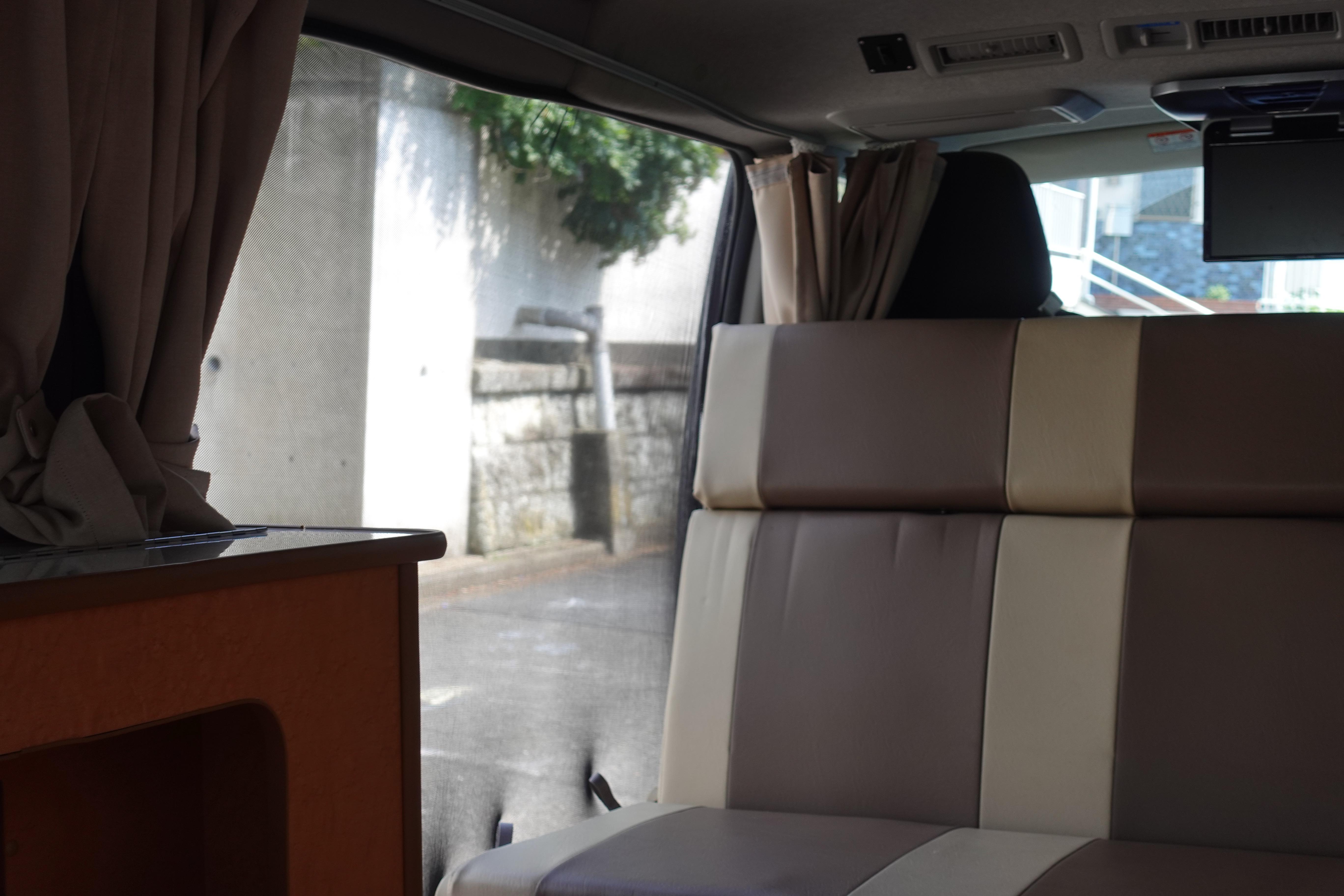 (4)内観(車中泊できるスペース) マグネット式網戸ネットが付属。側面スライドドア、後部ハッチドアいずれも取り付け可能で夏も快適に過ごせます。