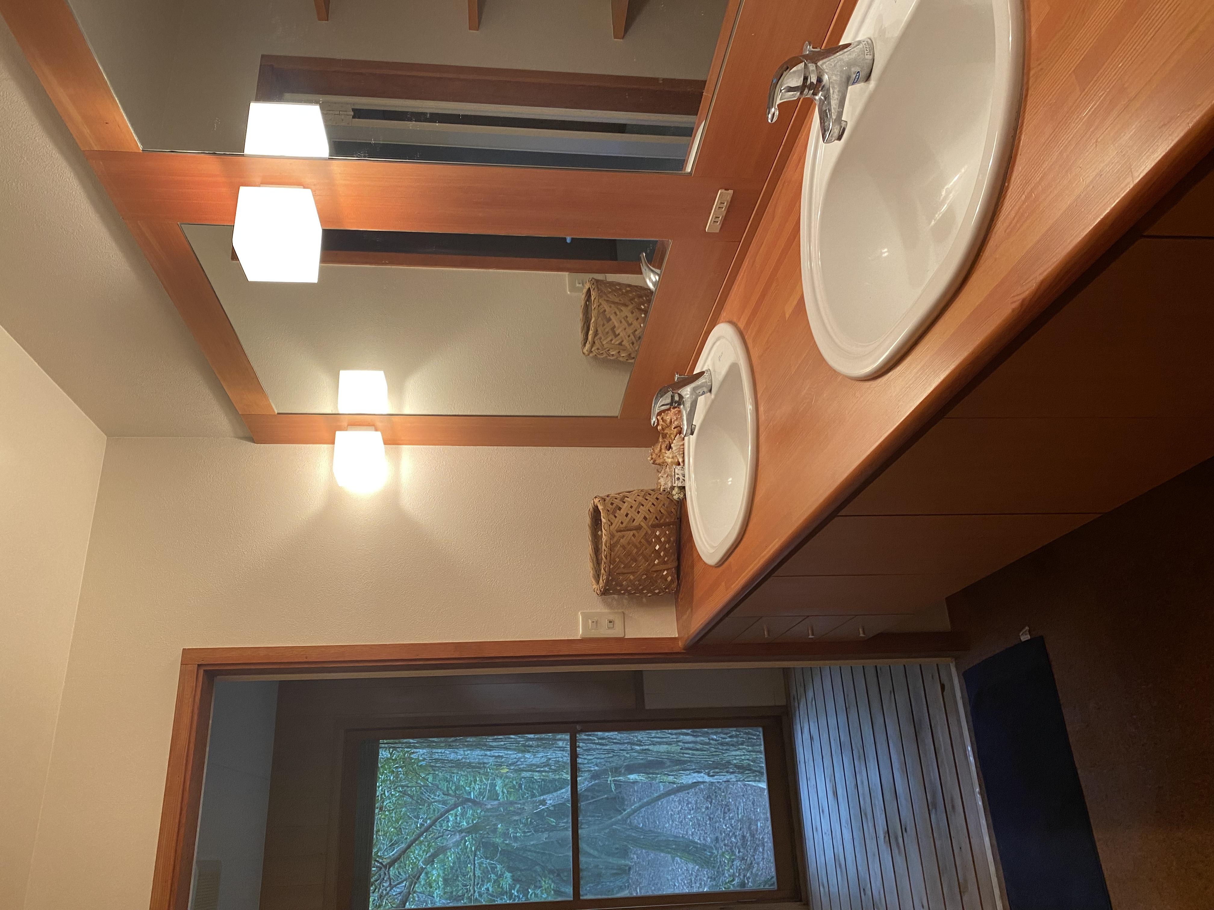 駐車可能なスペースからすぐにバスルーム、キッチンがございます。外の扉から入室していただけます。