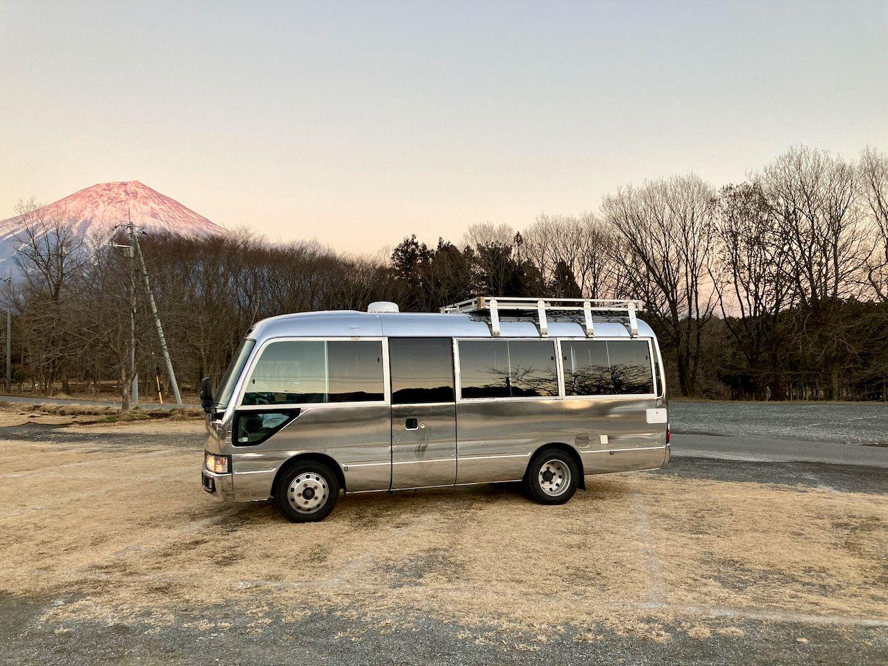 (1)富士山との一枚。外装はシルバーのラッピングです。